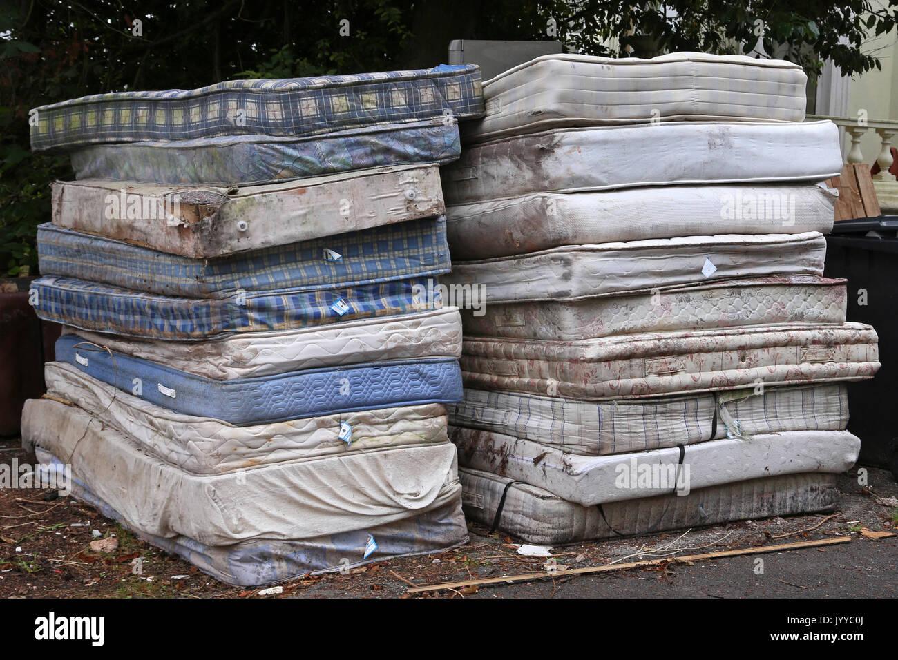 Una pila de colchones apilados en una carretera en Devon, Reino