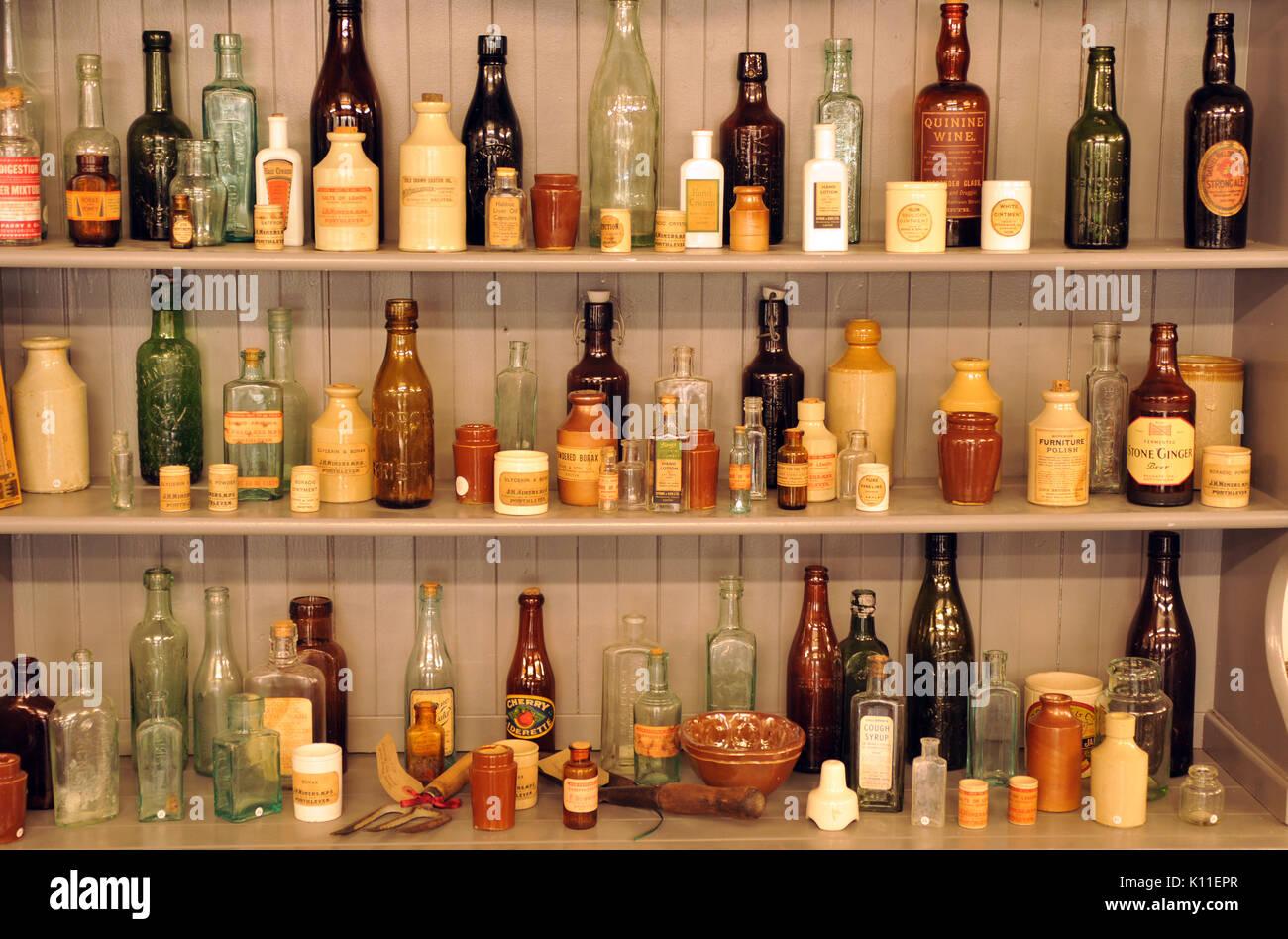 Filas de viejas botellas y tarros en una estantería una colección ...