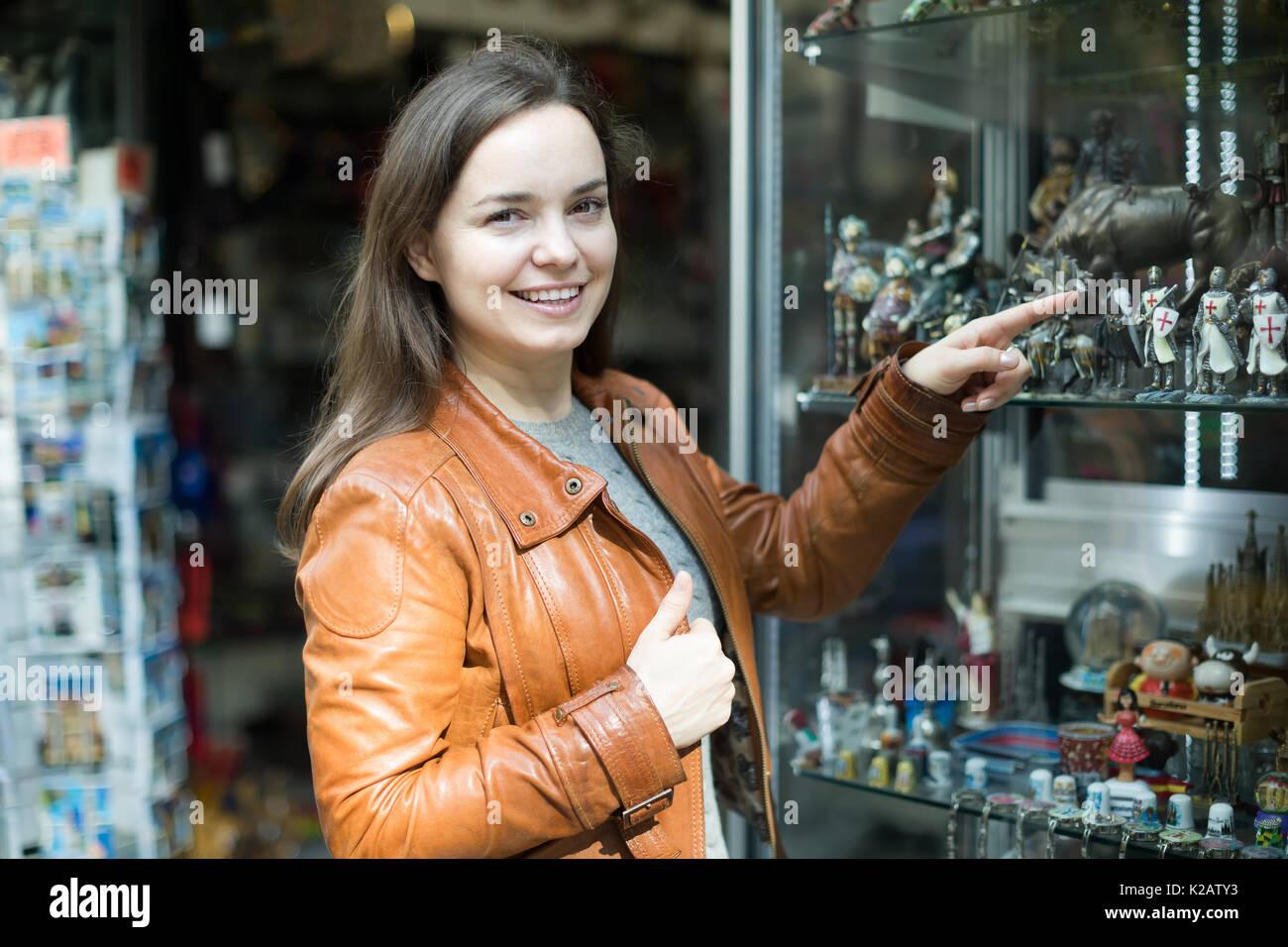 d24a71fa6a9 feliz-longhaired-joven-mujer-chaqueta-de-cuero -en-comprar-cosas-para-la-memoria-en-la-tienda-de-regalos-k2aty3.jpg