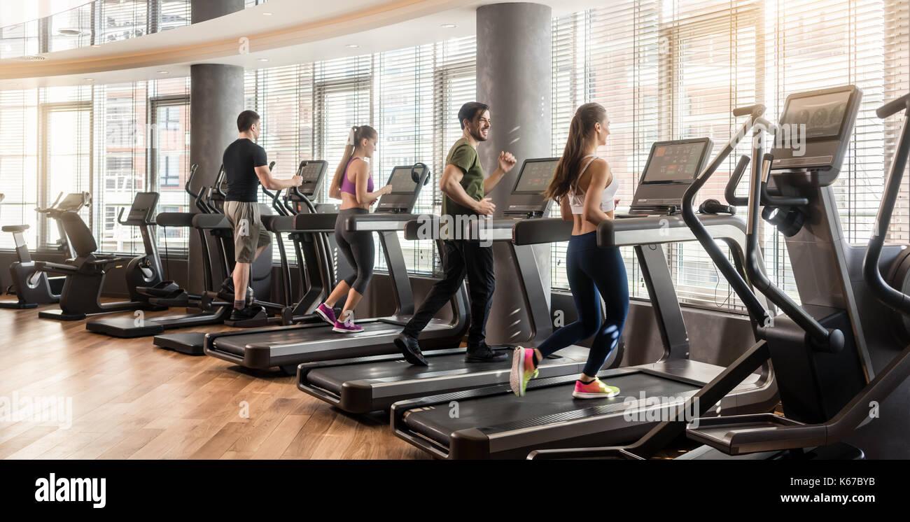 Grupo de cuatro personas corriendo en cintas de correr en for Hotel para cuatro personas