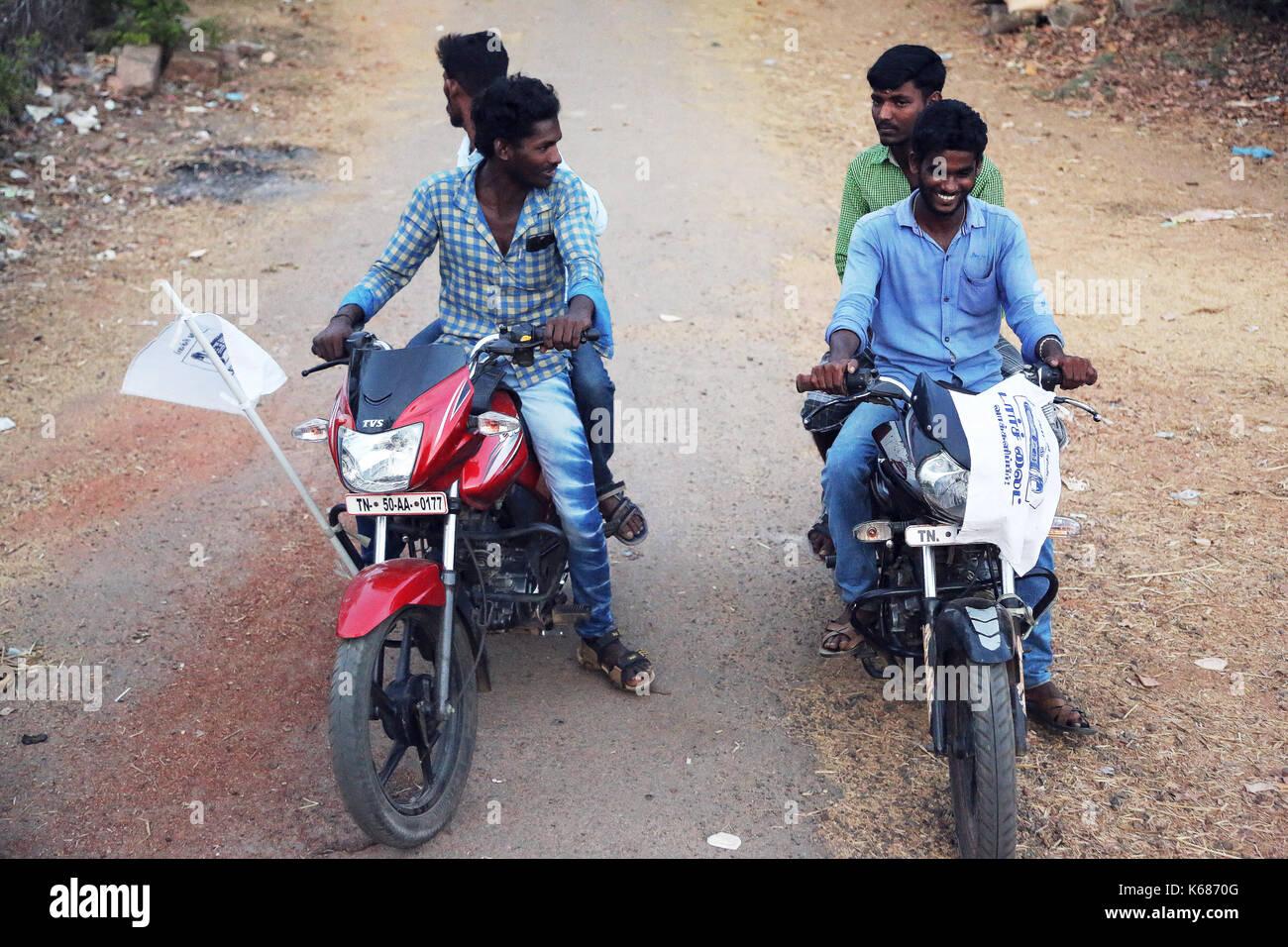 Image result for imagen muchachos en moto iNDIA