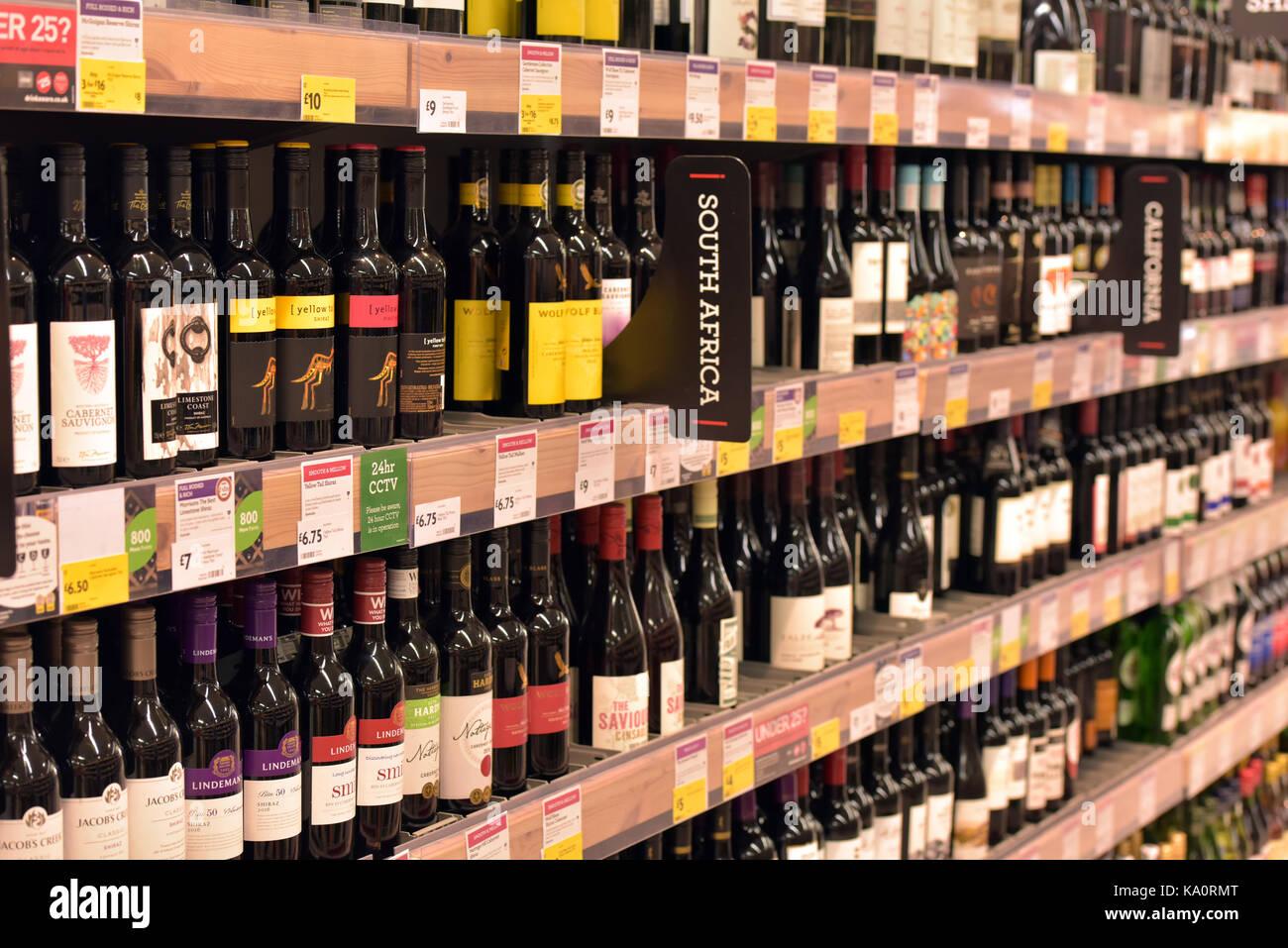 Botellas de vino para la venta en un supermercado. estanterías ...