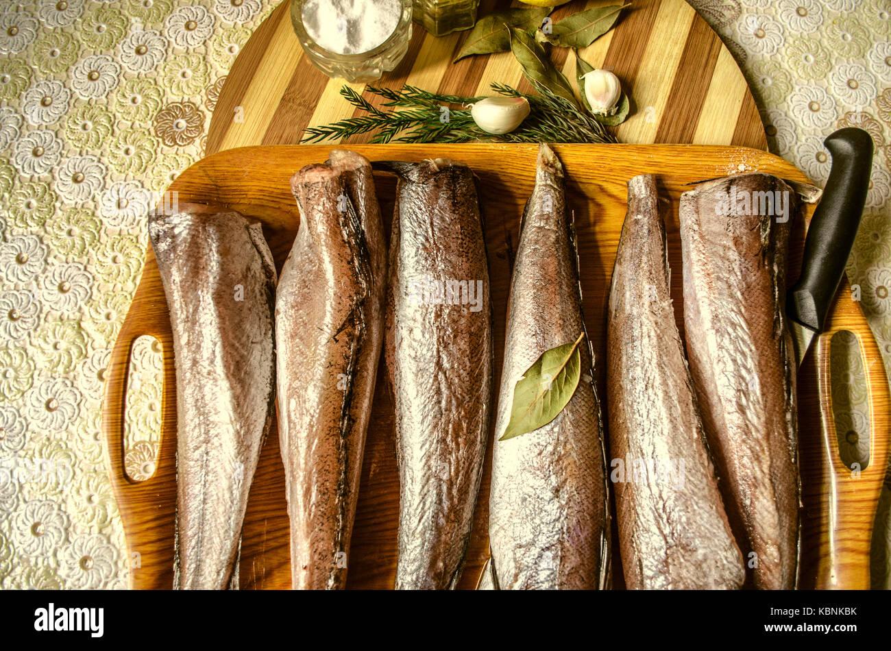 Bandeja con pescado congelado y especias en la cocina hule mesa ...