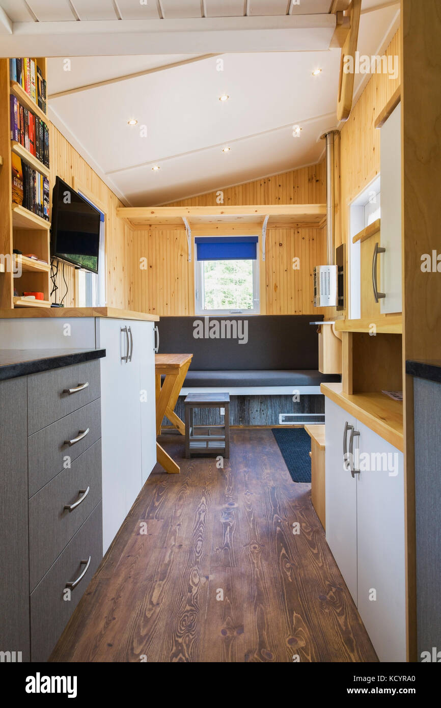 Piso de madera de pino teñida marrón y vista de los mostradores de ...