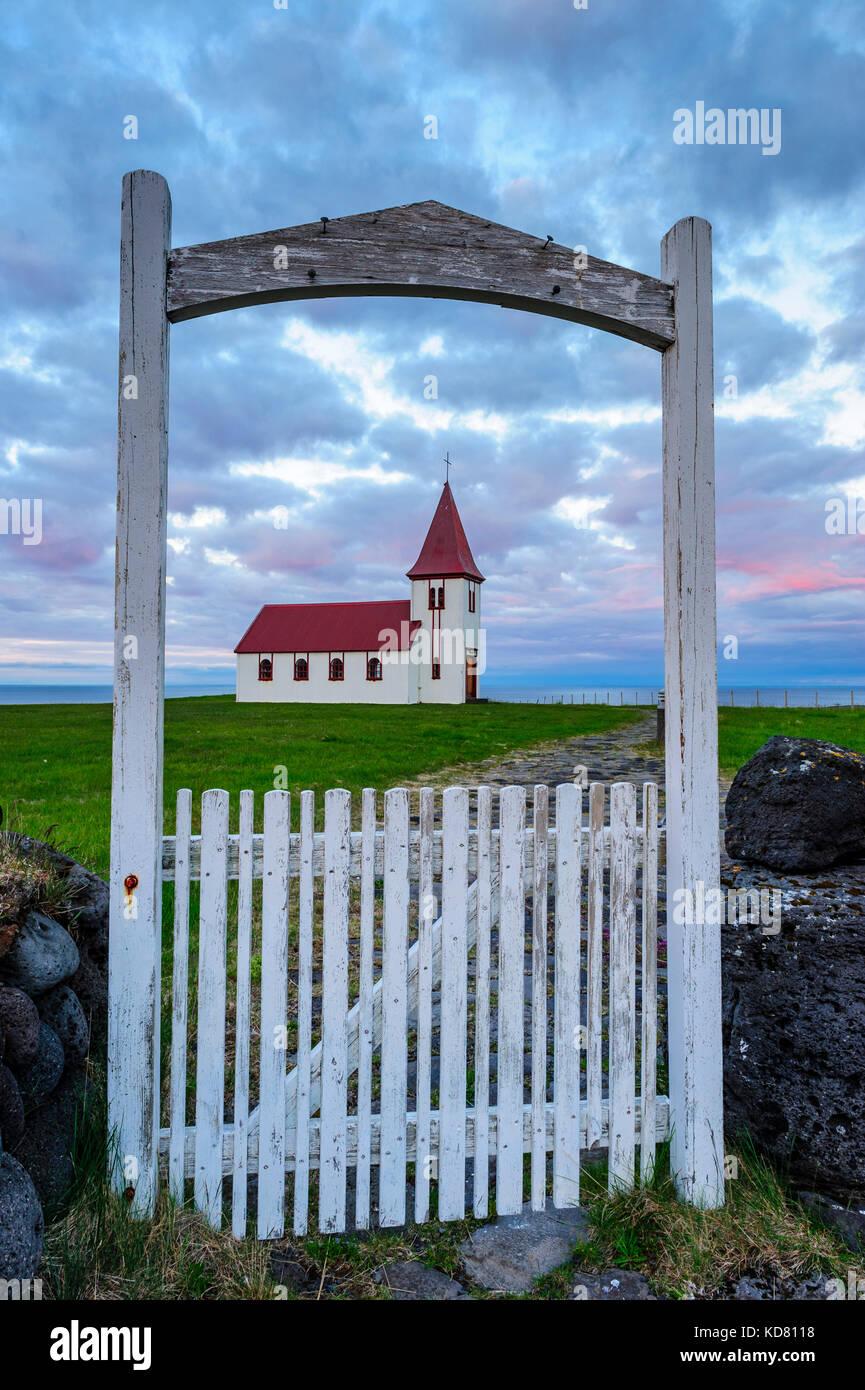 iglesia-hellnar-enmarcada-por-la-parte-delantera-en-blanco-puerta-alrededor-de-la-medianoche-el-verano-la-peninsula-de-snaefellsnes-islandia-europa-kd8118.jpg
