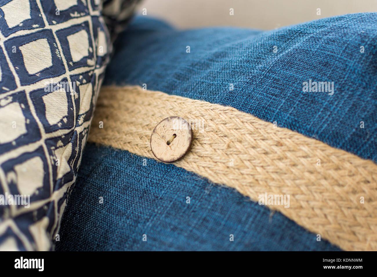 Una almohada de tela de arpillera y una almohada yuxtapuestas para ...