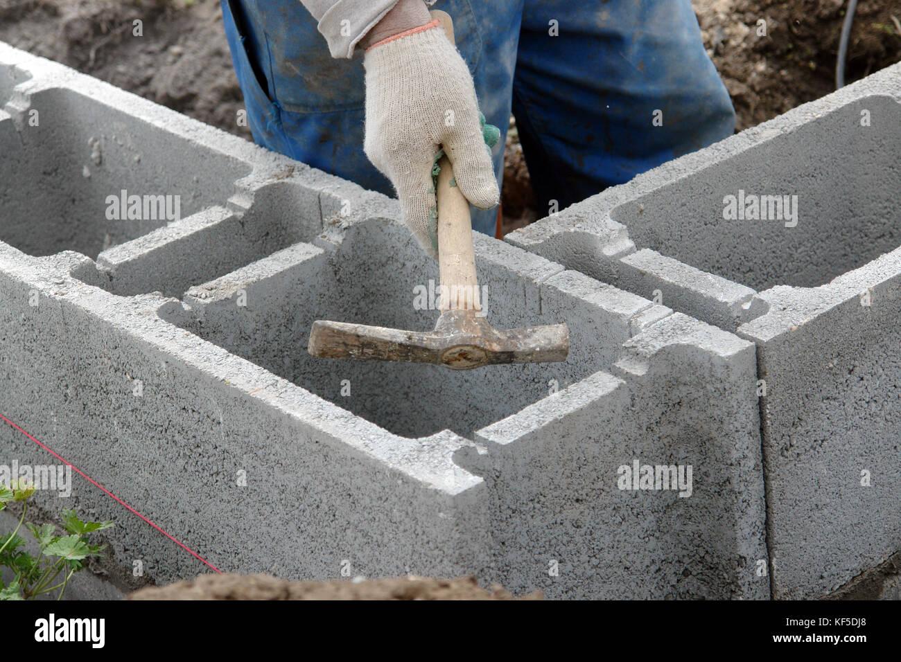 Trabajador De La Construccion Afinando Los Recortes Realizados En - Colocar-bloques-de-hormigon
