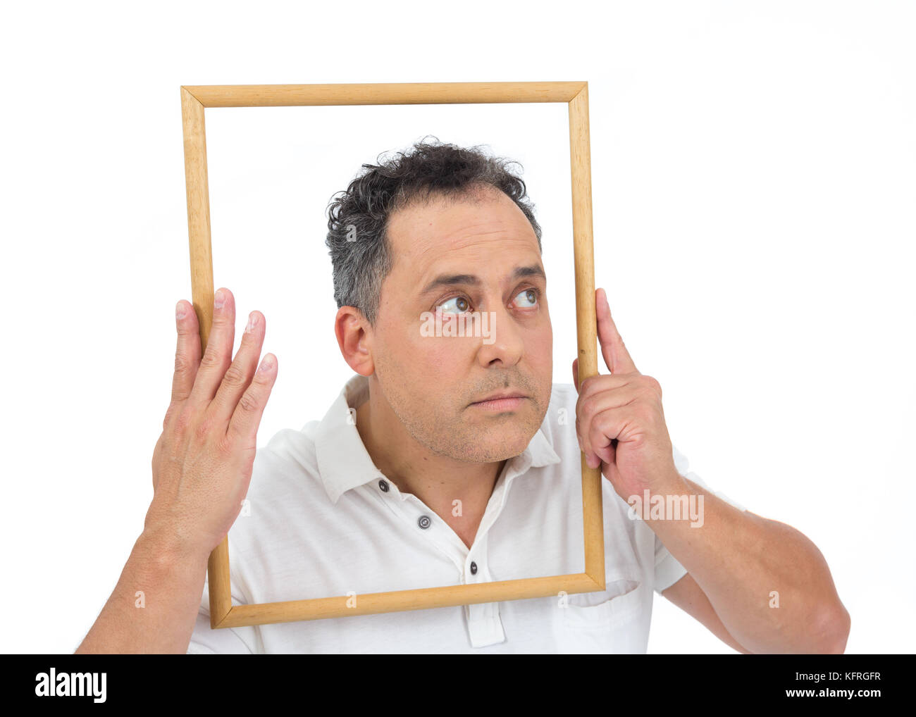 Artista es divertido mirar a través del marco de la imagen. El ...