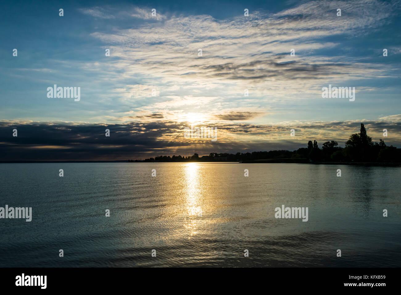 Bellos Amaneceres Sobre El Lago El Sol Brilla A Través De La