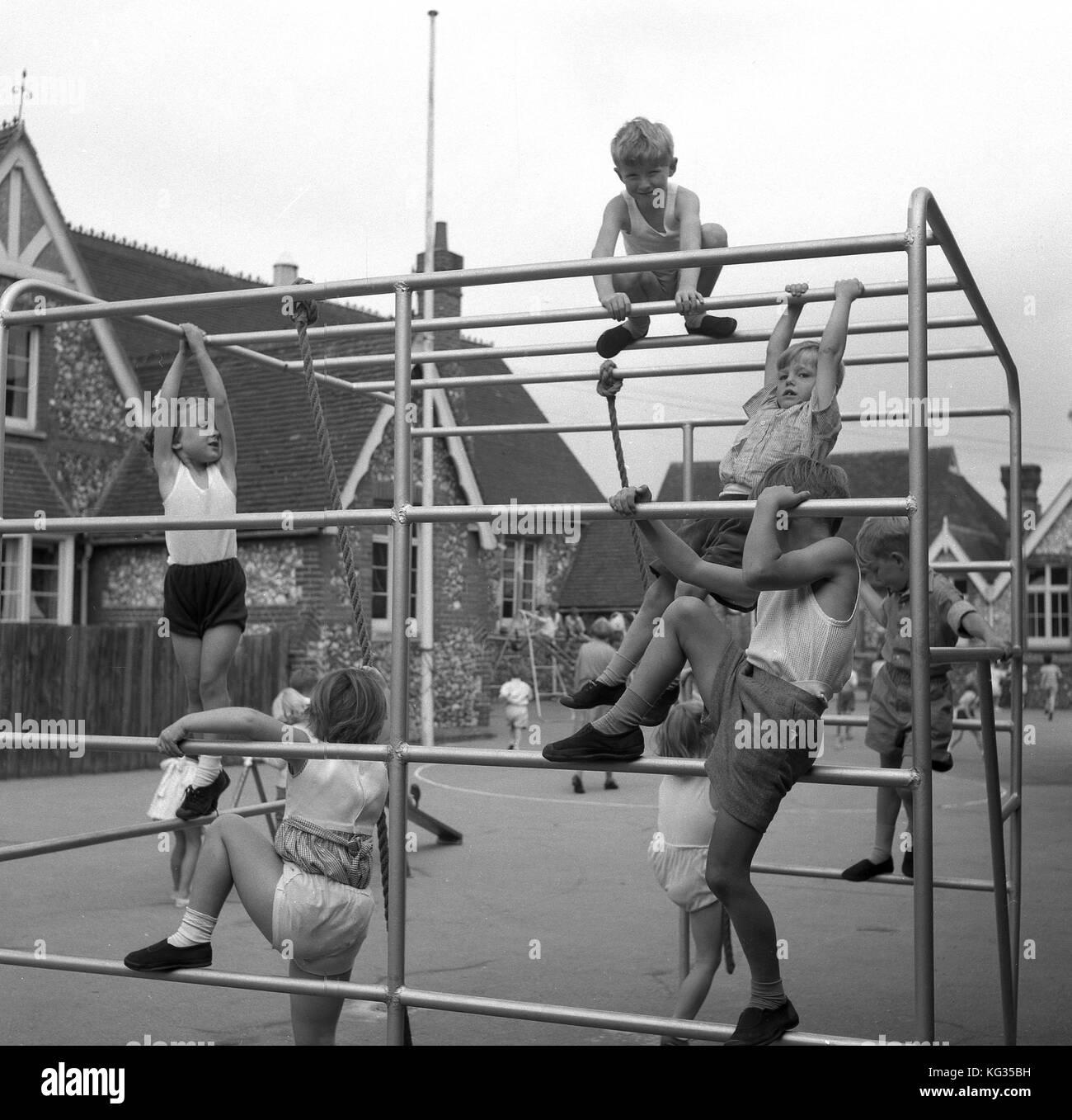 1950, Inglaterra, guardería de niños y niñas juegan en el exterior ...