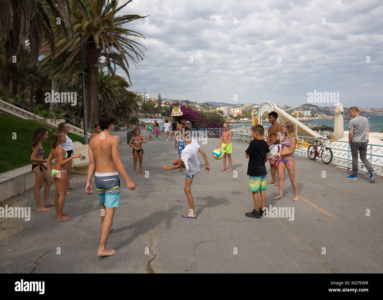 Ninos Jugando Al Futbol En La Calle San Remo Italia Foto Imagen