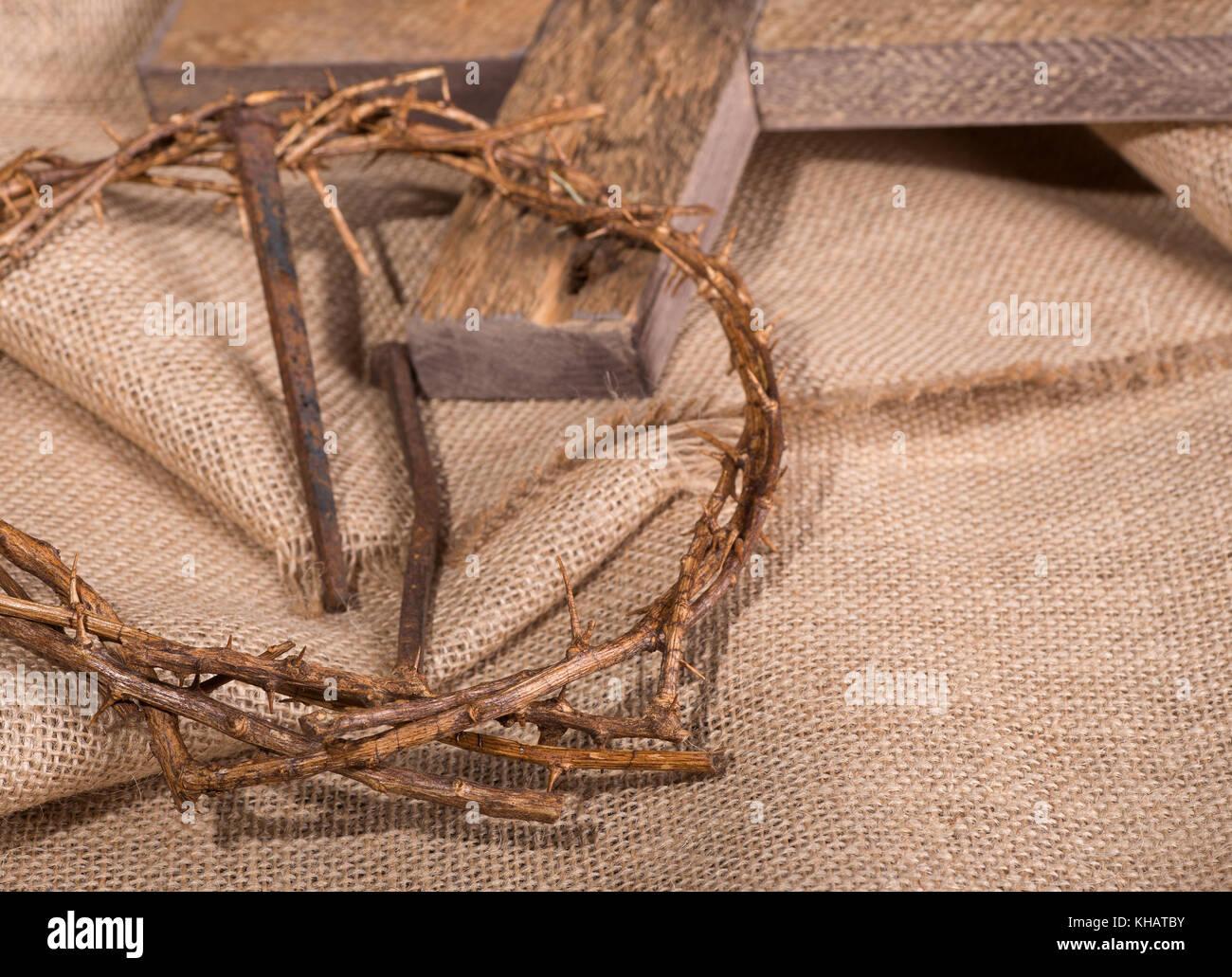 Corona De Espinas Y Clavos Con Una Cruz En El Fondo En Tela De