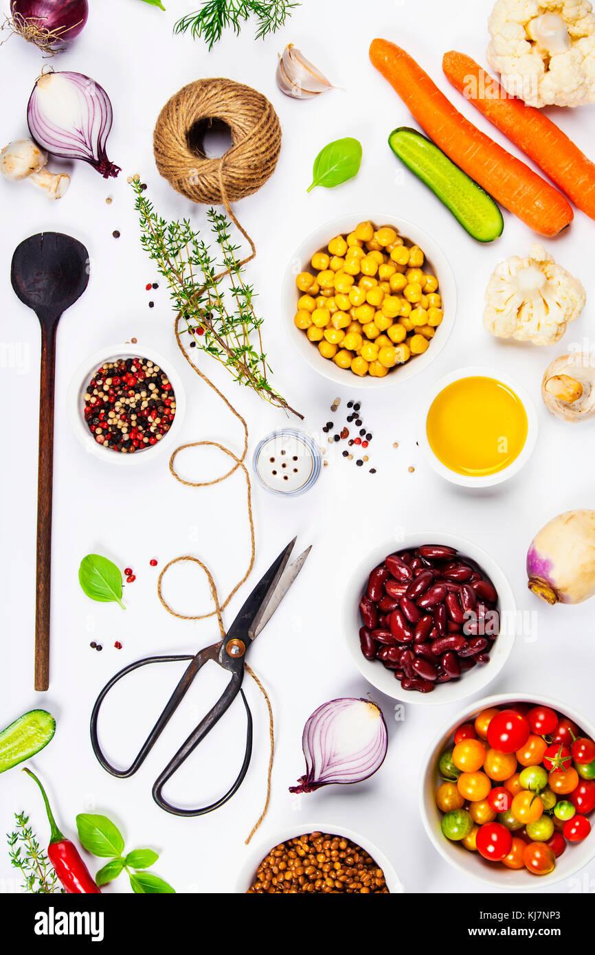 Colorido ingredientes alimenticios sobre fondo blanco. Bio alimentos ...