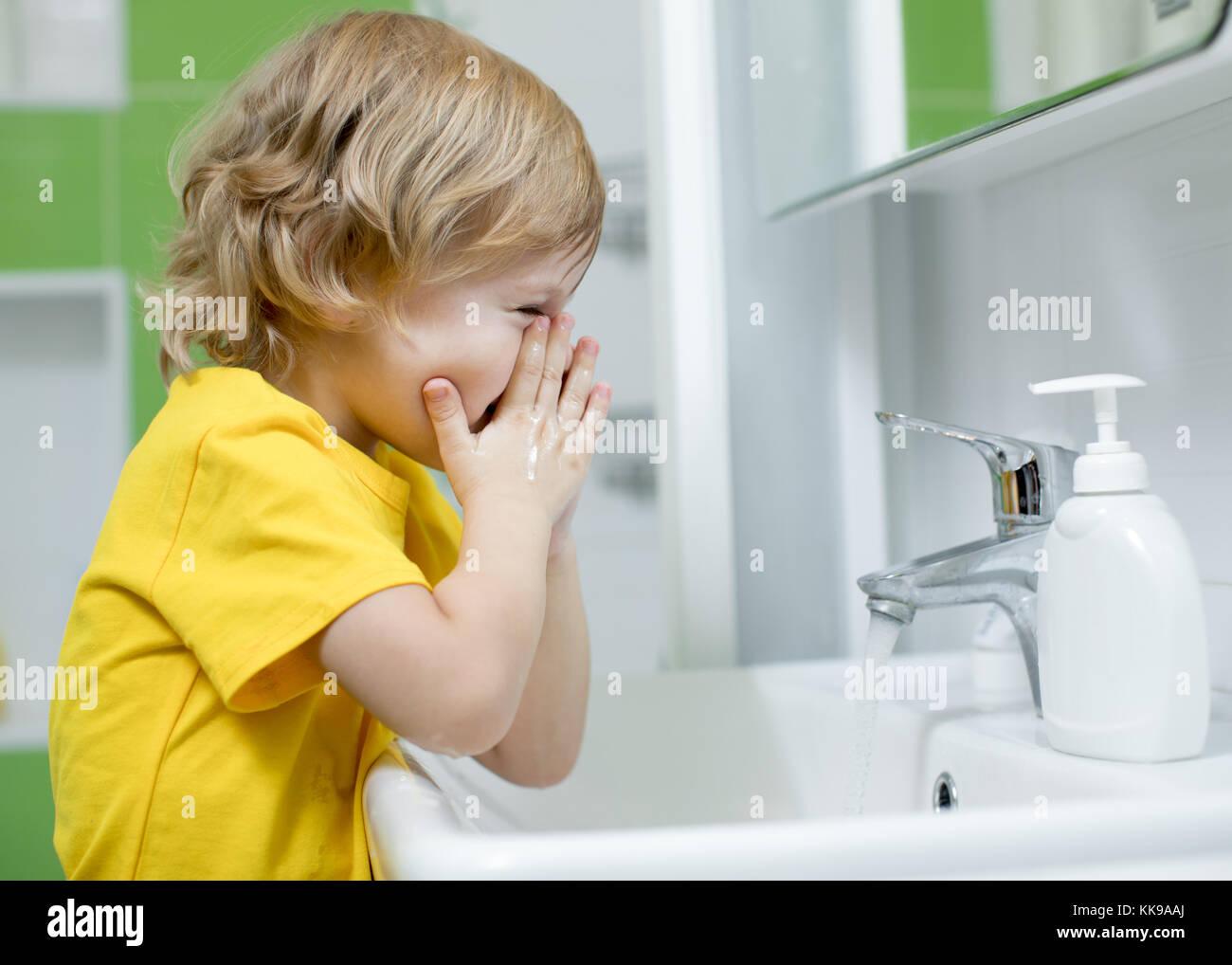 Niño Chico Es Lavarse La Cara En El Baño Foto Imagen De Stock