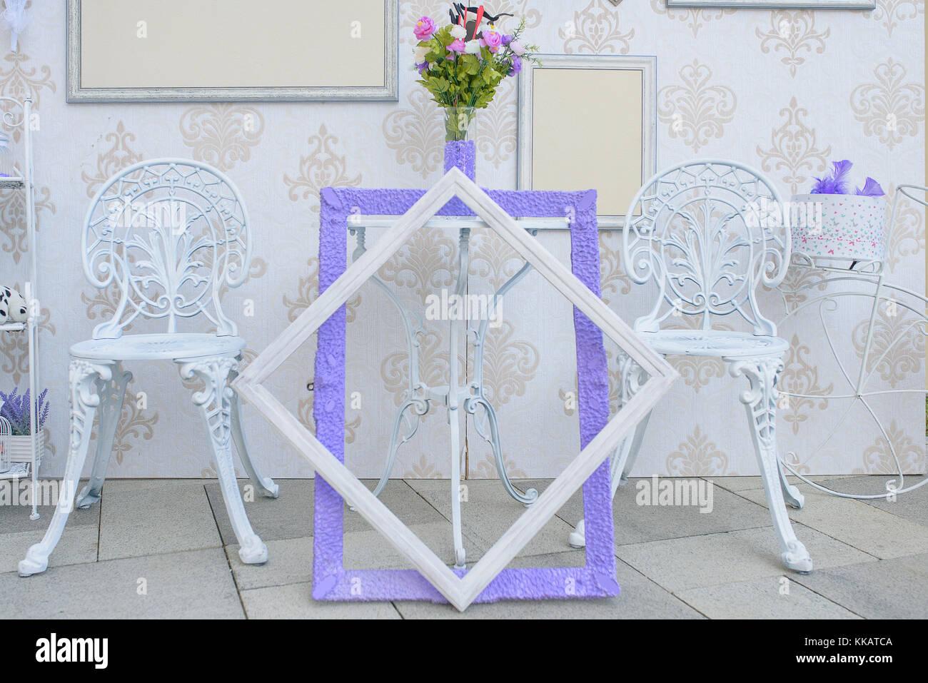Muebles de hierro blanco exterior y marcos de imagen vacíos con ...