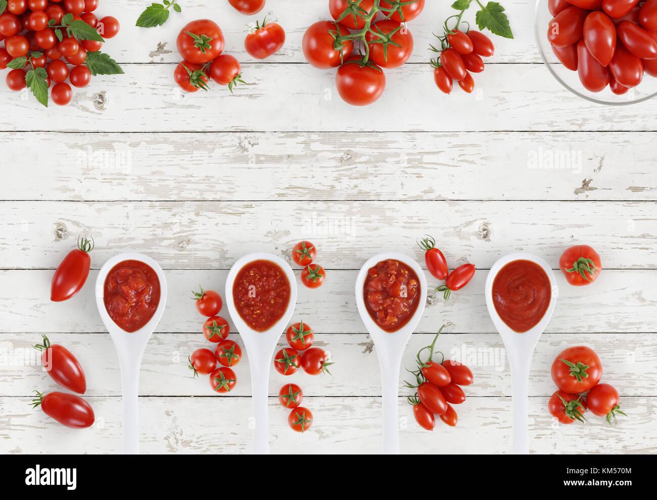 Vista superior de la cuchara de salsa de tomate con tomates aislado ...
