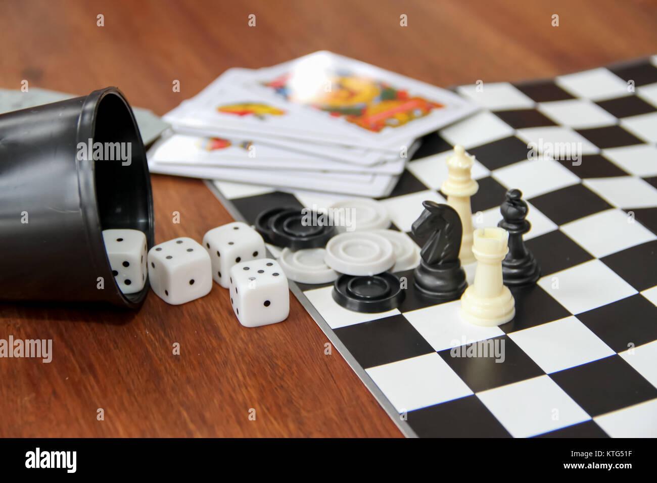 Mezcla De Caliz De Juegos De Mesa De Cartas De Poquer Espanol Dados