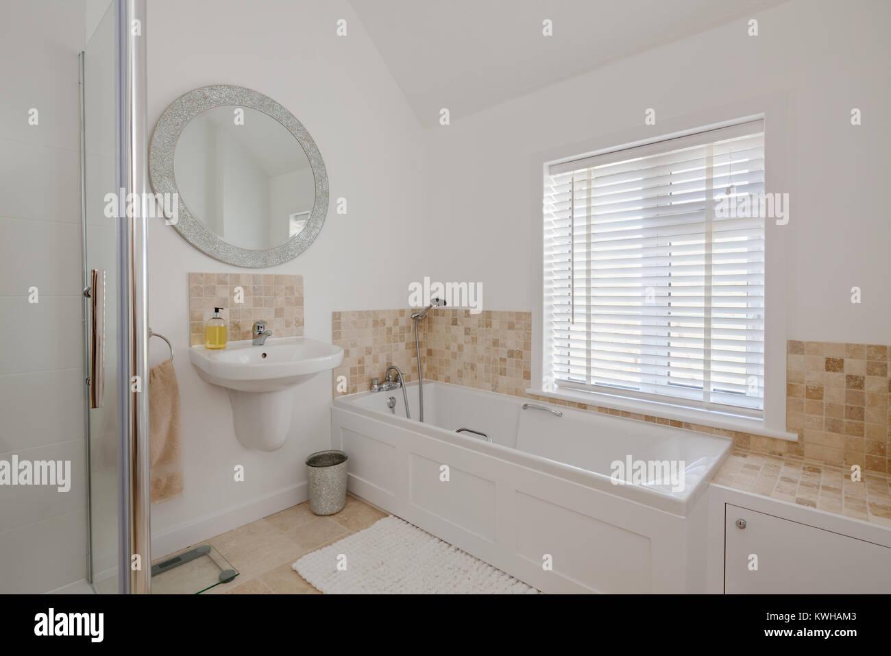 Casa blanca brillante ba o con pared compacto cuenca for Espejo ducha