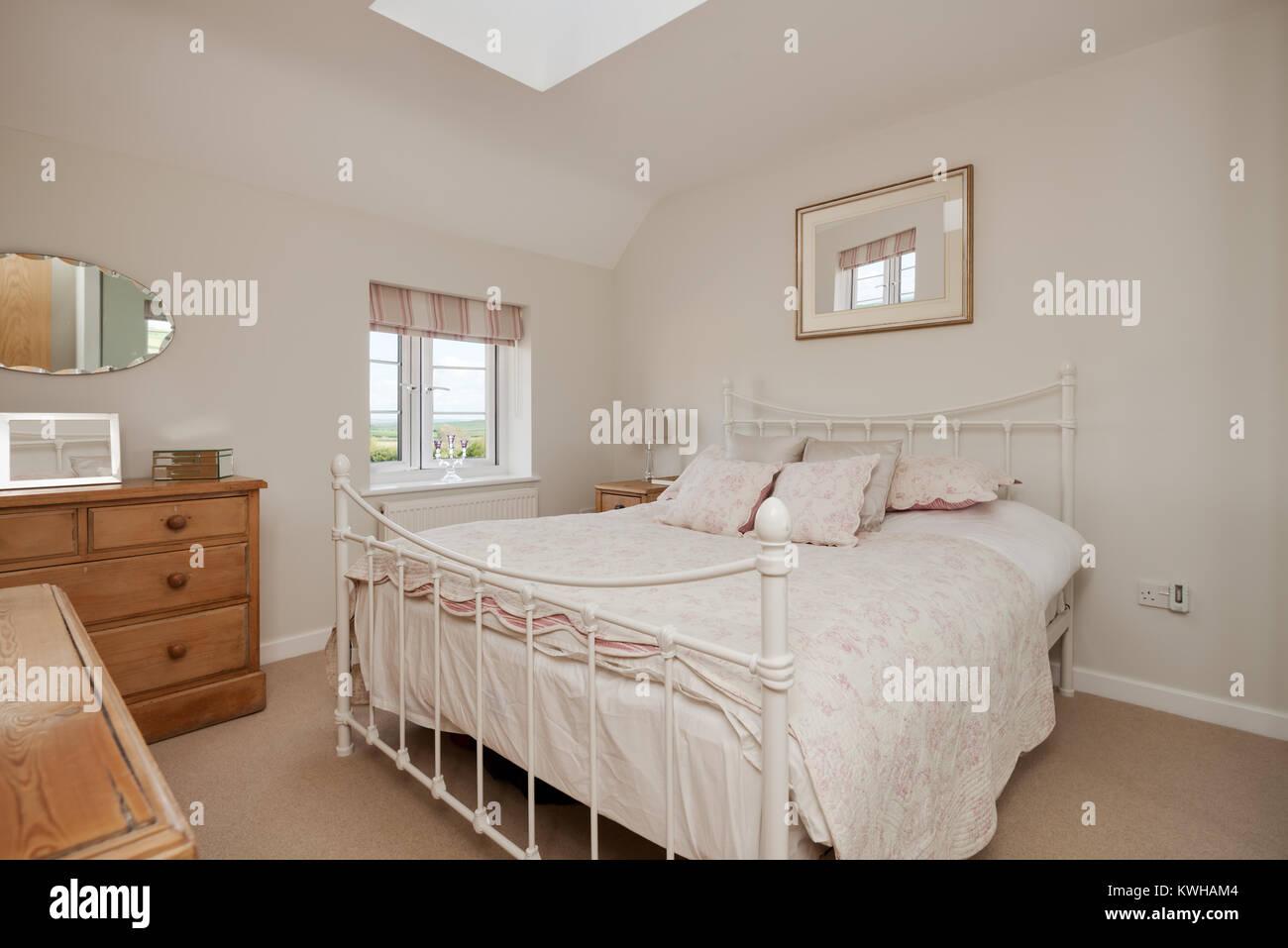 Dormitorio estilo casa de campo tradicional modestamente vestida con ...