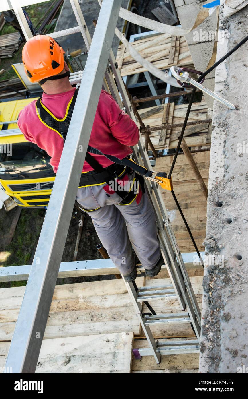 Trabaja en la construcción en altura y seguridad. Aseguramiento del ...