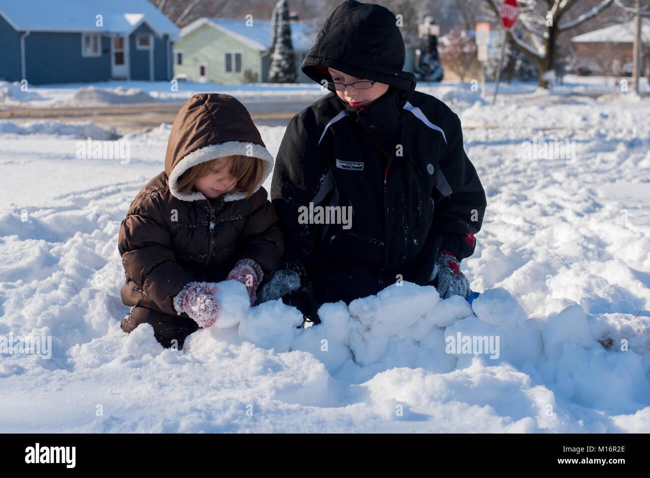 Dos Ninos Que Vestian Ropa De Invierno Jugar En La Nieve En Un Dia