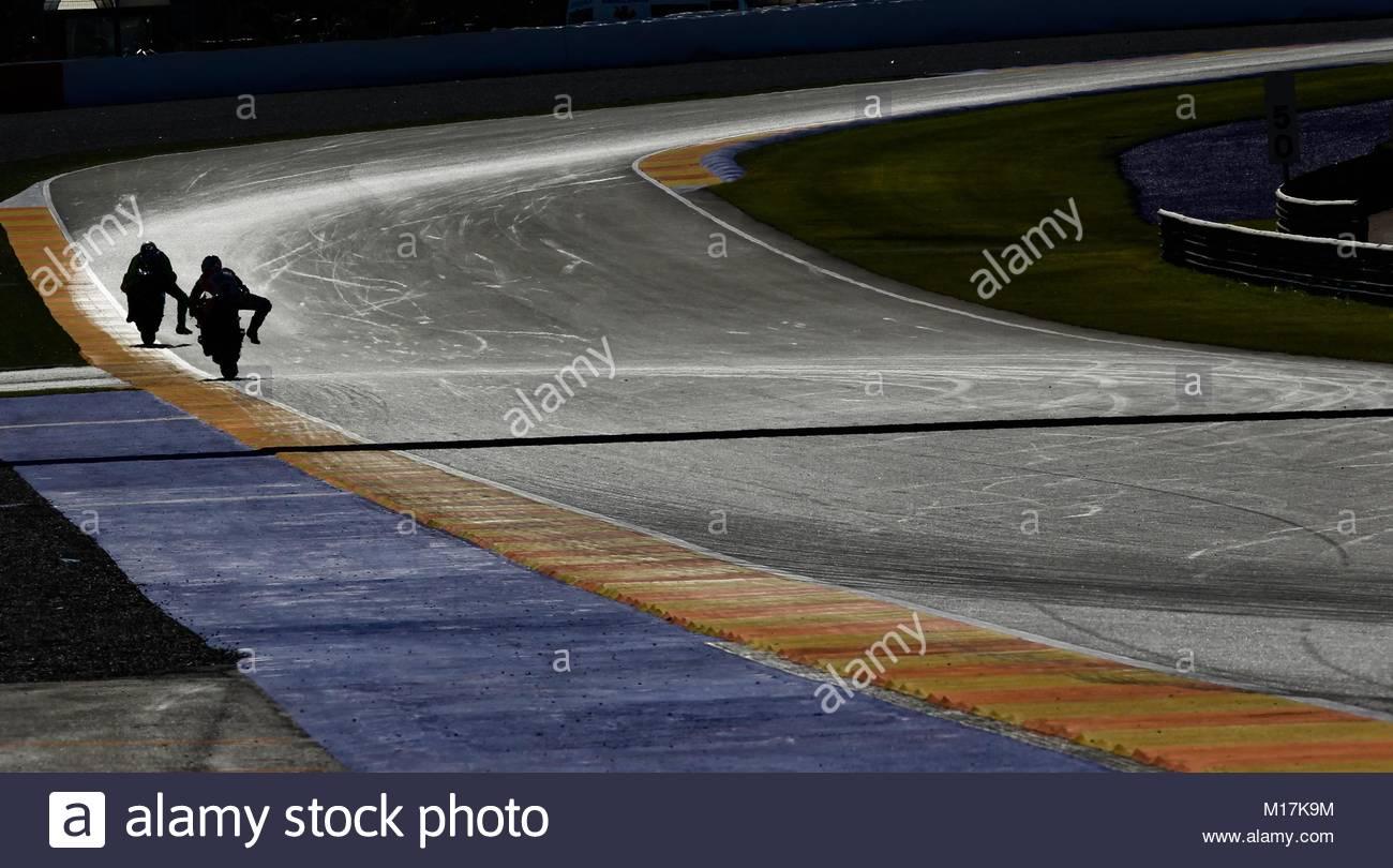 Circuito Cheste : Silueta de dos motociclistas durante una prueba en el circuito