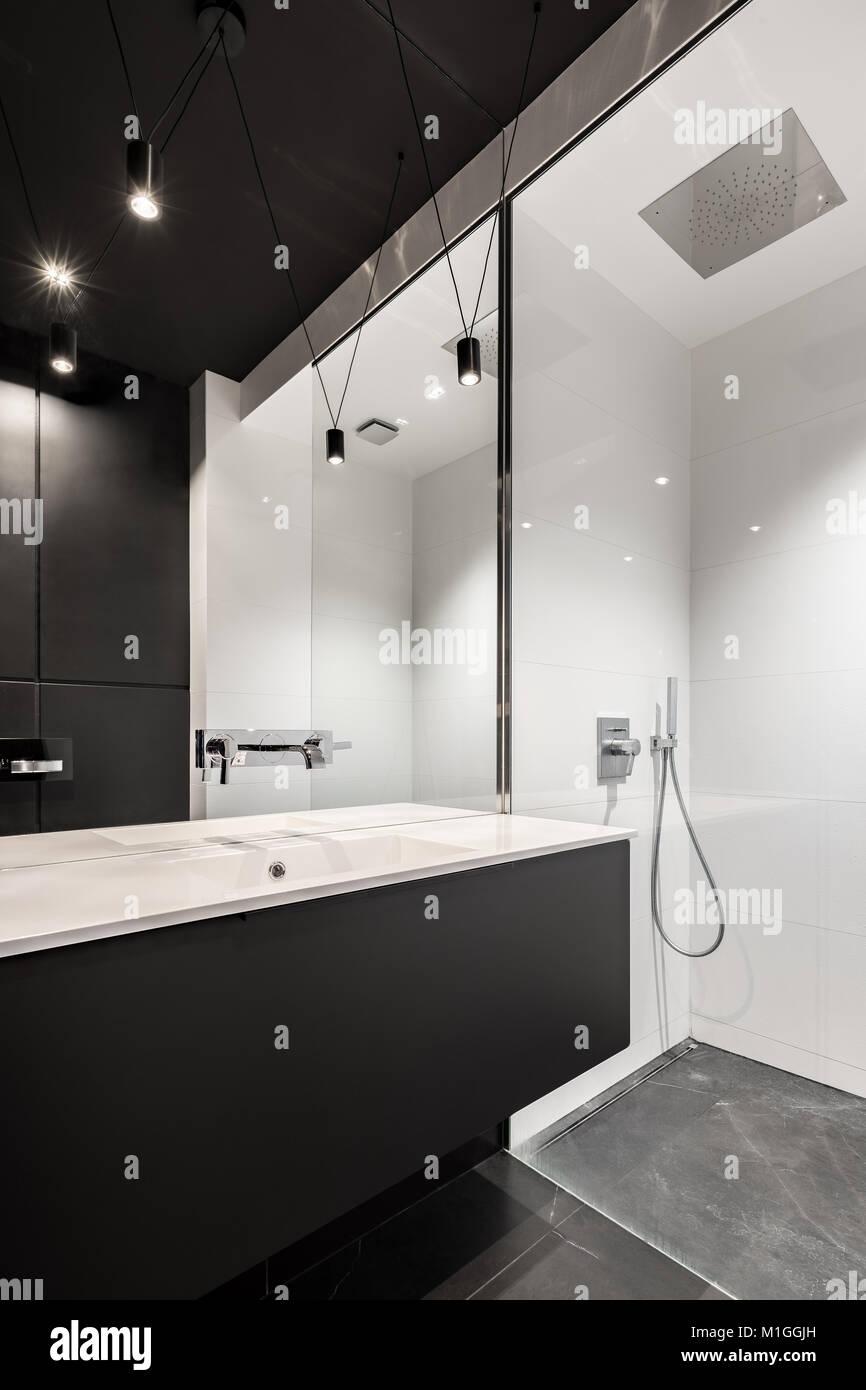 Blanco y negro cuarto de baño con ducha y lavabo encimera Foto ...