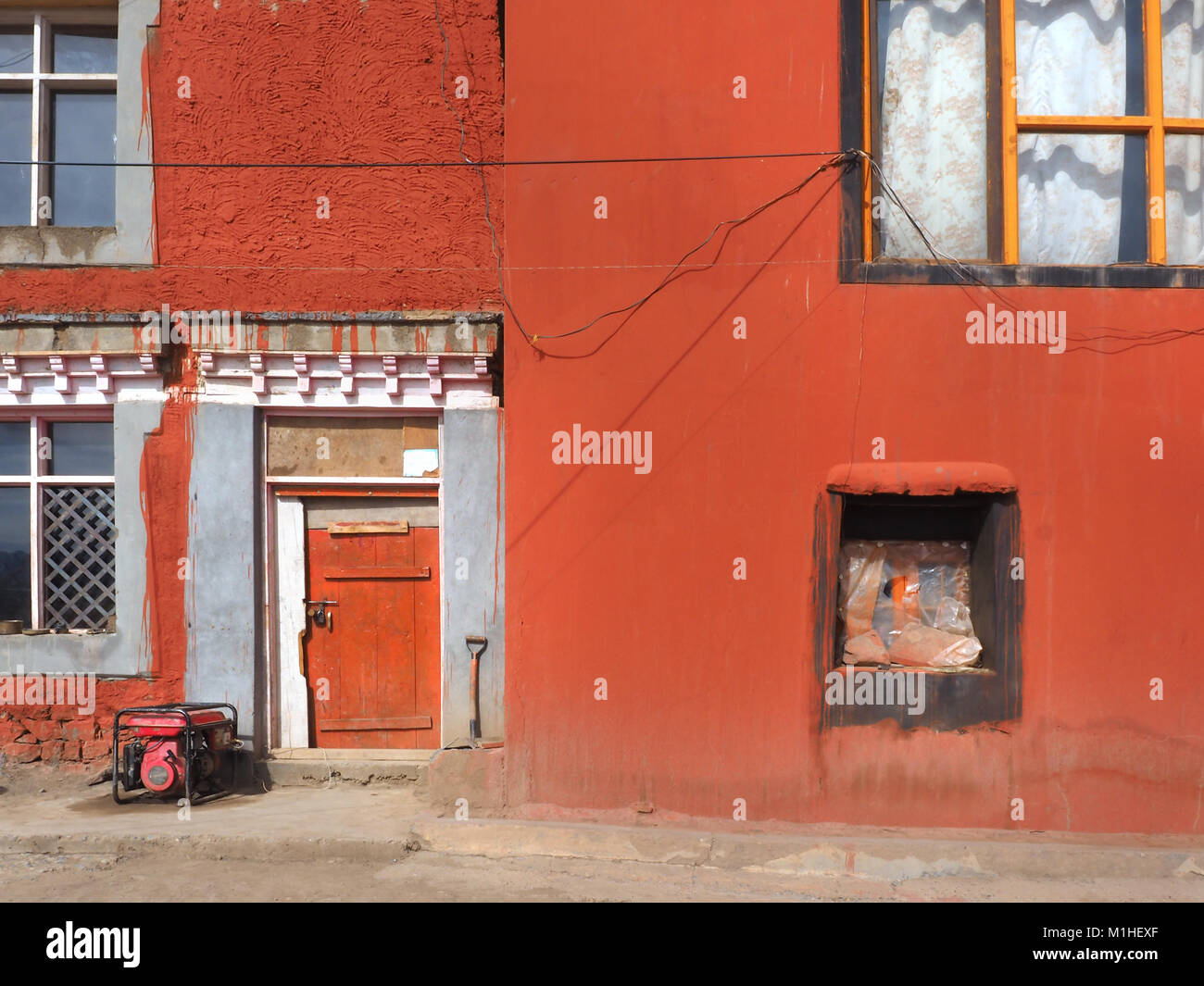 Pared de arcilla roja antigua casa vintage con marcos de ventana de ...
