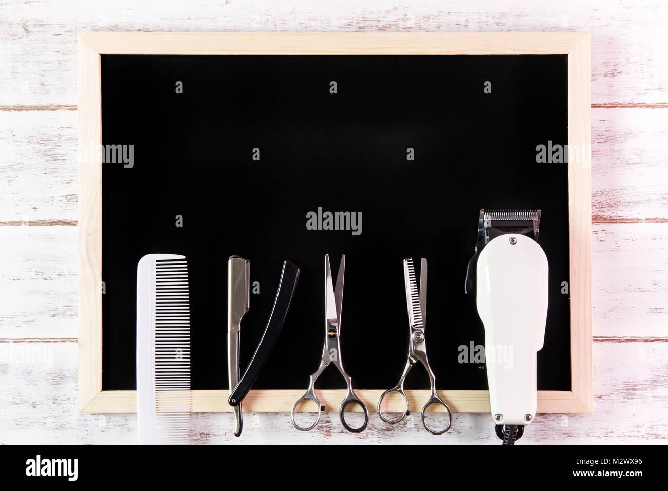 Pizarra en blanco, tijeras de peluquería y barbería Clipper sobre ...