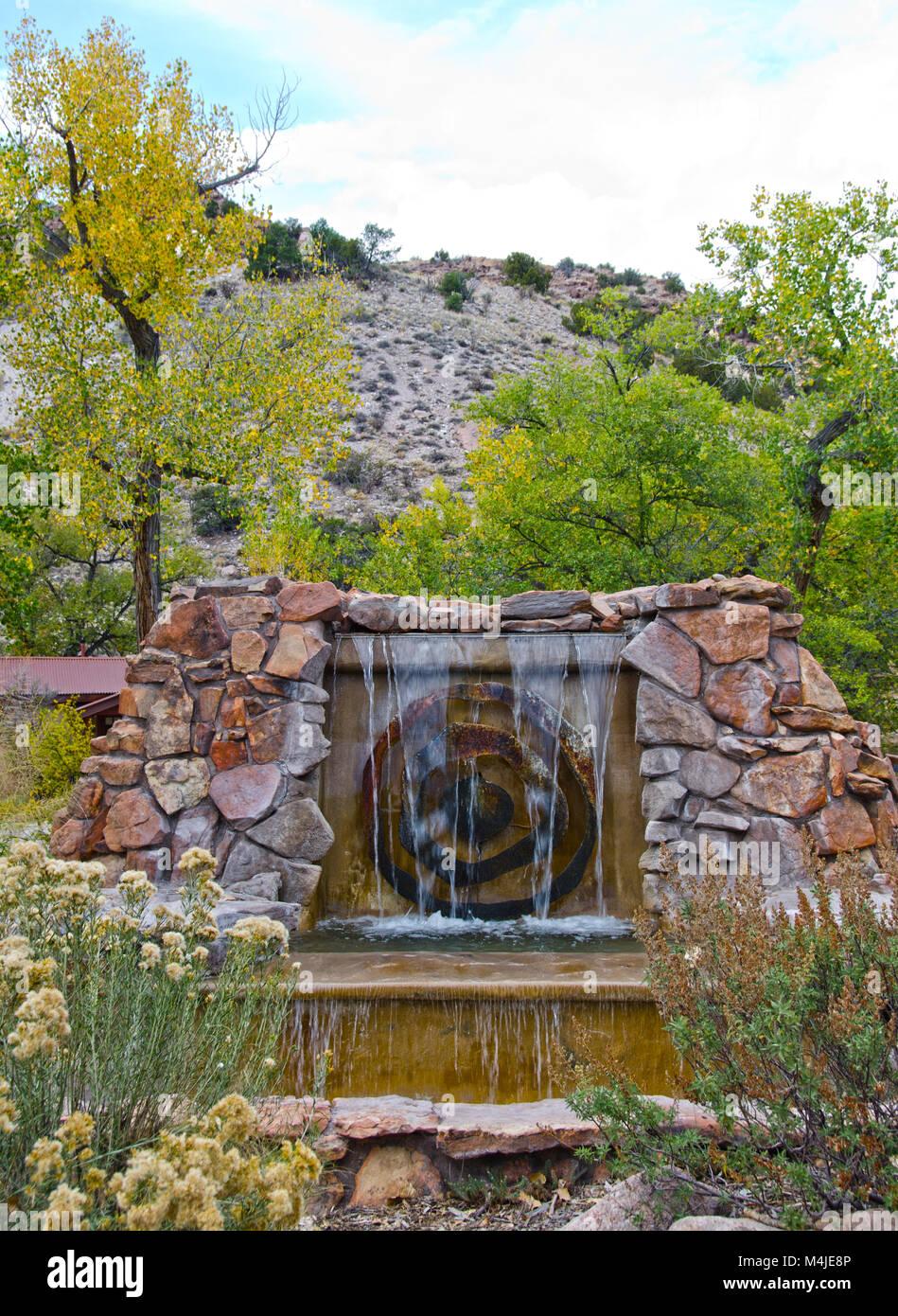 La entrada al Ojo Caliente Hot Springs en Nuevo México está marcada ...