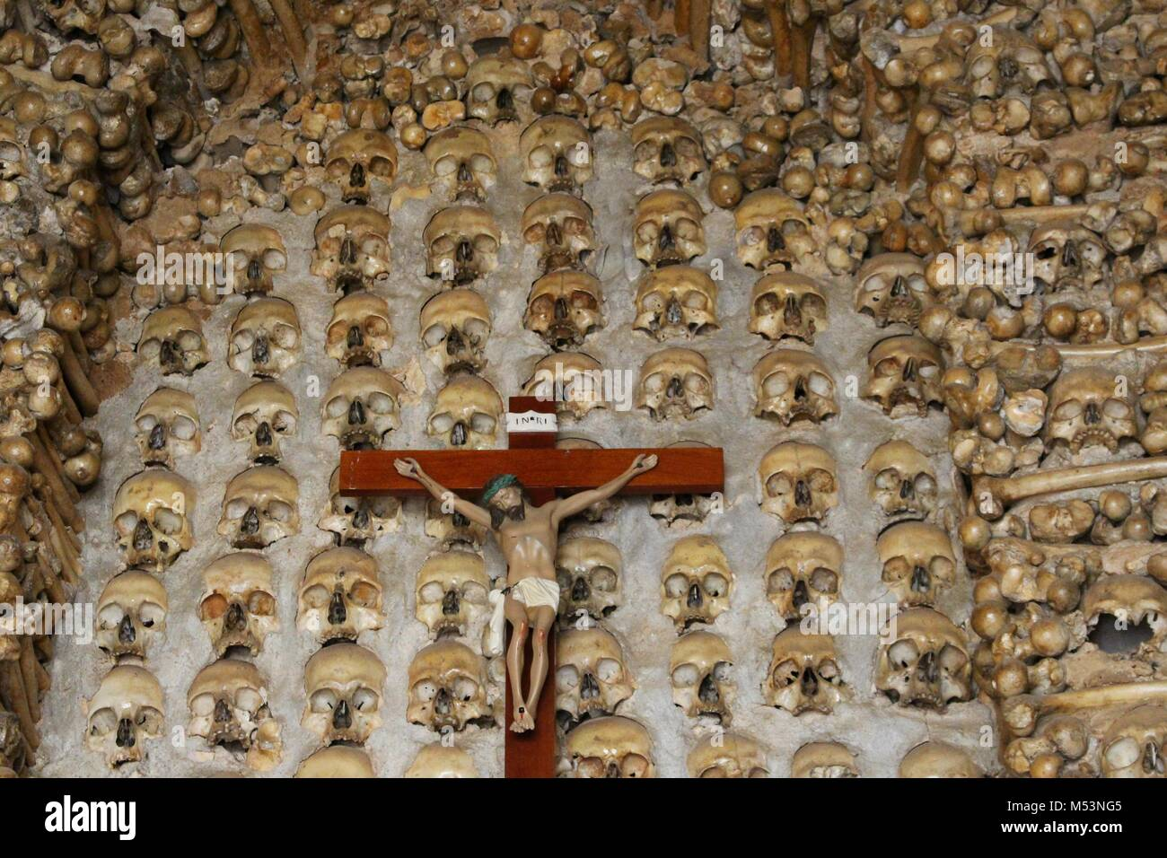 Capilla de cráneos y huesos humanos reales Foto & Imagen De Stock ...
