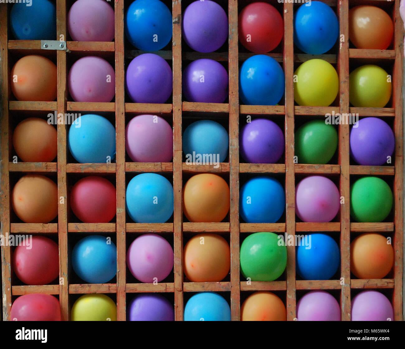 Globos Multicolores En Un Banco De Madera El Juego Esta Lanzando
