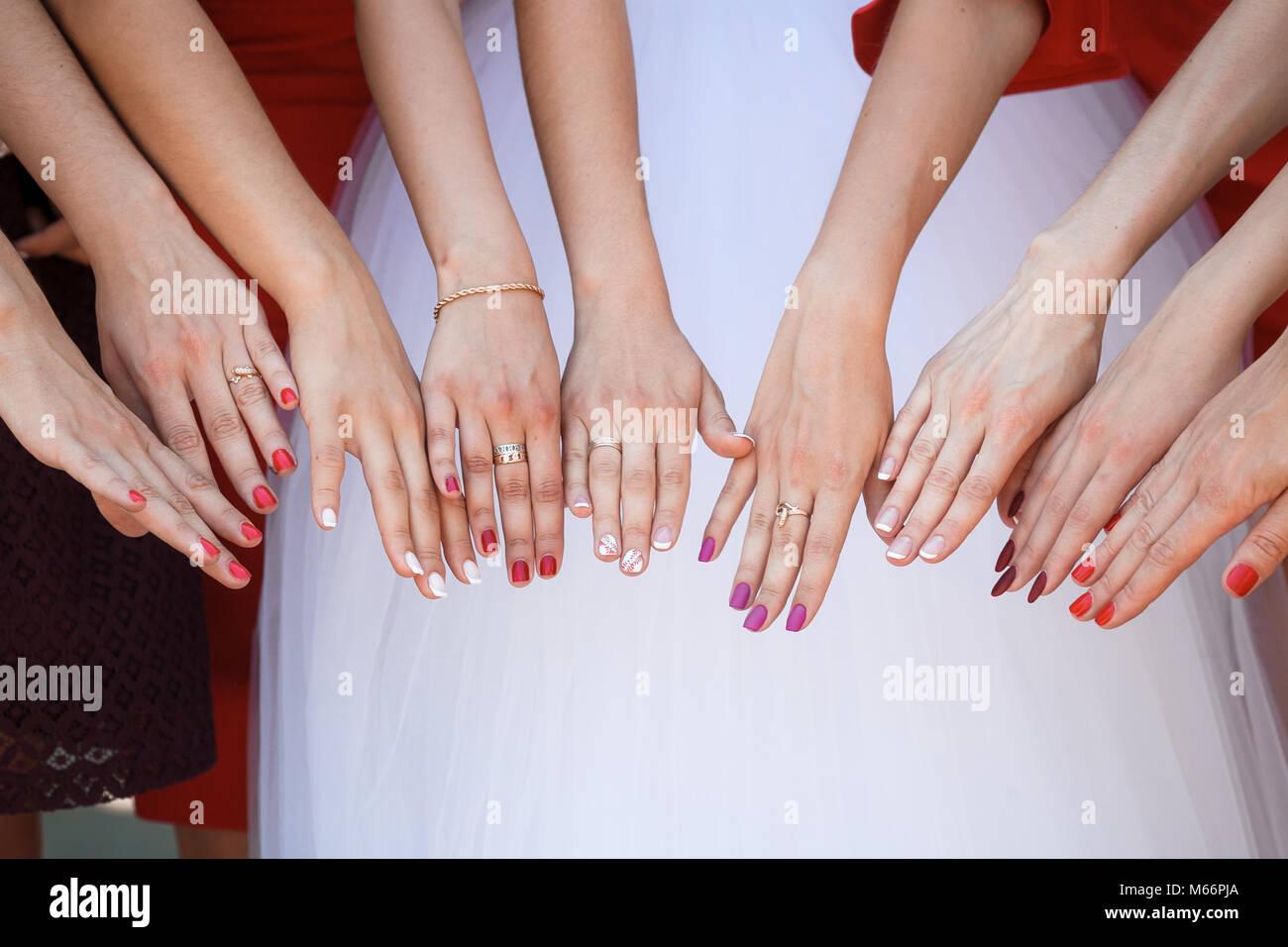 Novia y damas de honor muestran sus manos Foto & Imagen De Stock ...