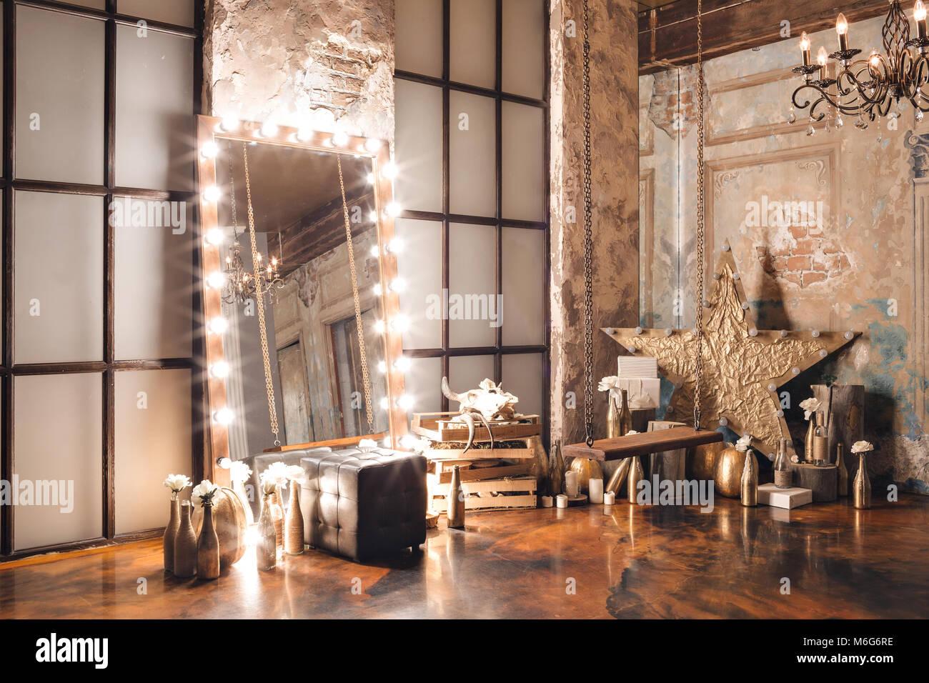 Loft Con Espejo Interior Velas Pared De Ladrillo Ventana Grande - Espejo-salon-moderno