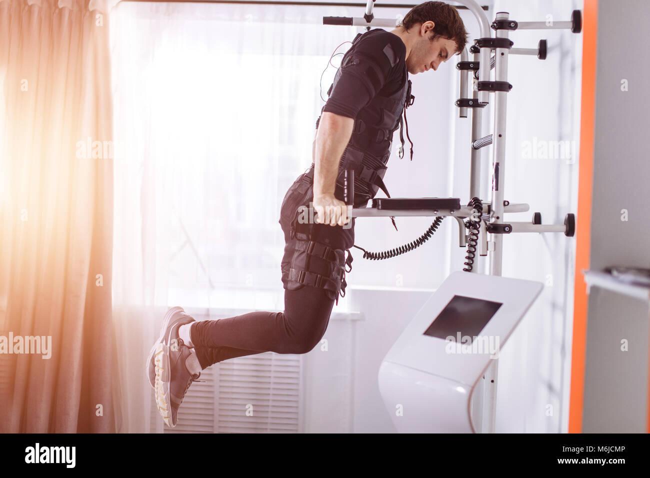 EMS trabajo masculino, haciendo flexiones. Hombre haciendo tríceps ...