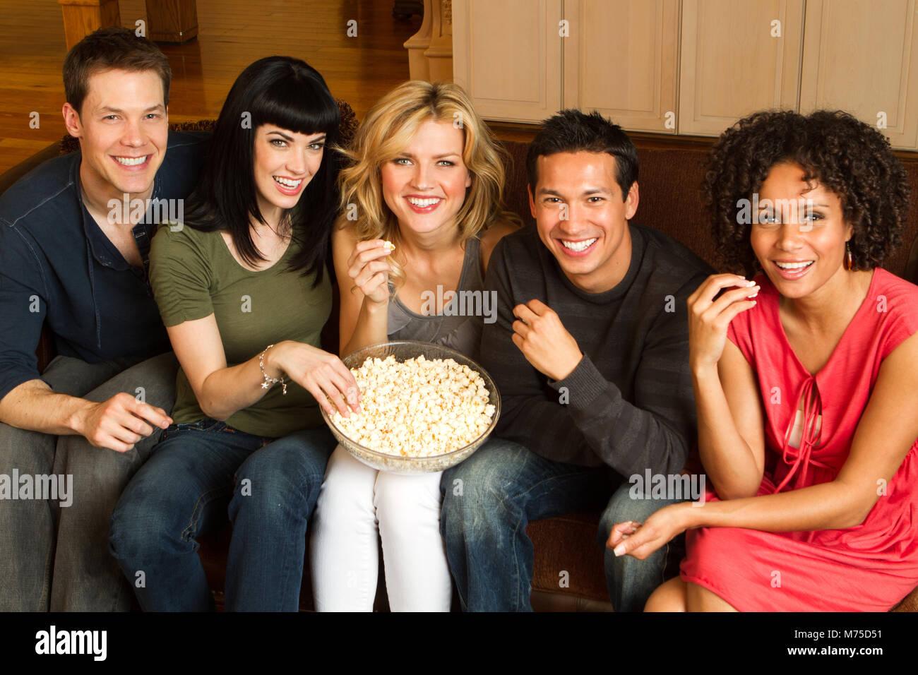 Diversos Grupos De Amigos Hablando Y Riéndose Foto Imagen De Stock