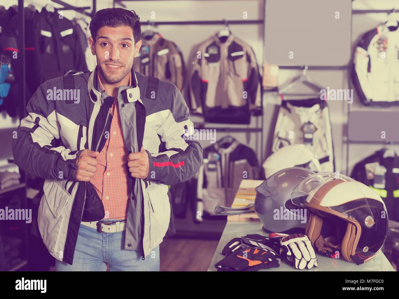 hombre-adulto-esta-tratando-de-nueva-chaqueta-para -moto-en-la-tienda-m7fgc0.jpg b1688ffc9be
