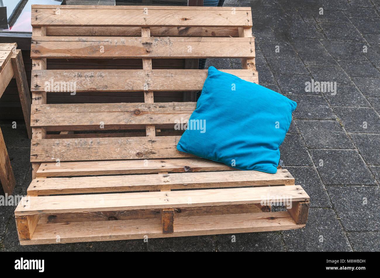 Banco De Palets Con Un Cojin Azul Situado En La Parte Superior Foto - Banco-de-palets