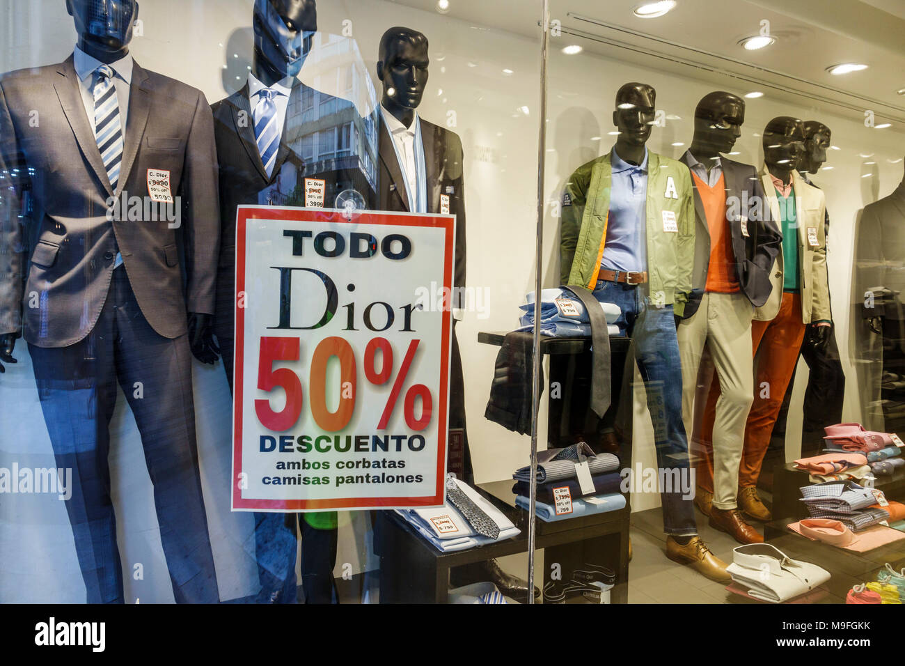 75f9c46fae9f5 Buenos Aires Argentina Microcentro ventana tienda Trajes de ropa para  hombres ropa casual maniquíes firmar Dior designer venta a mitad de precio