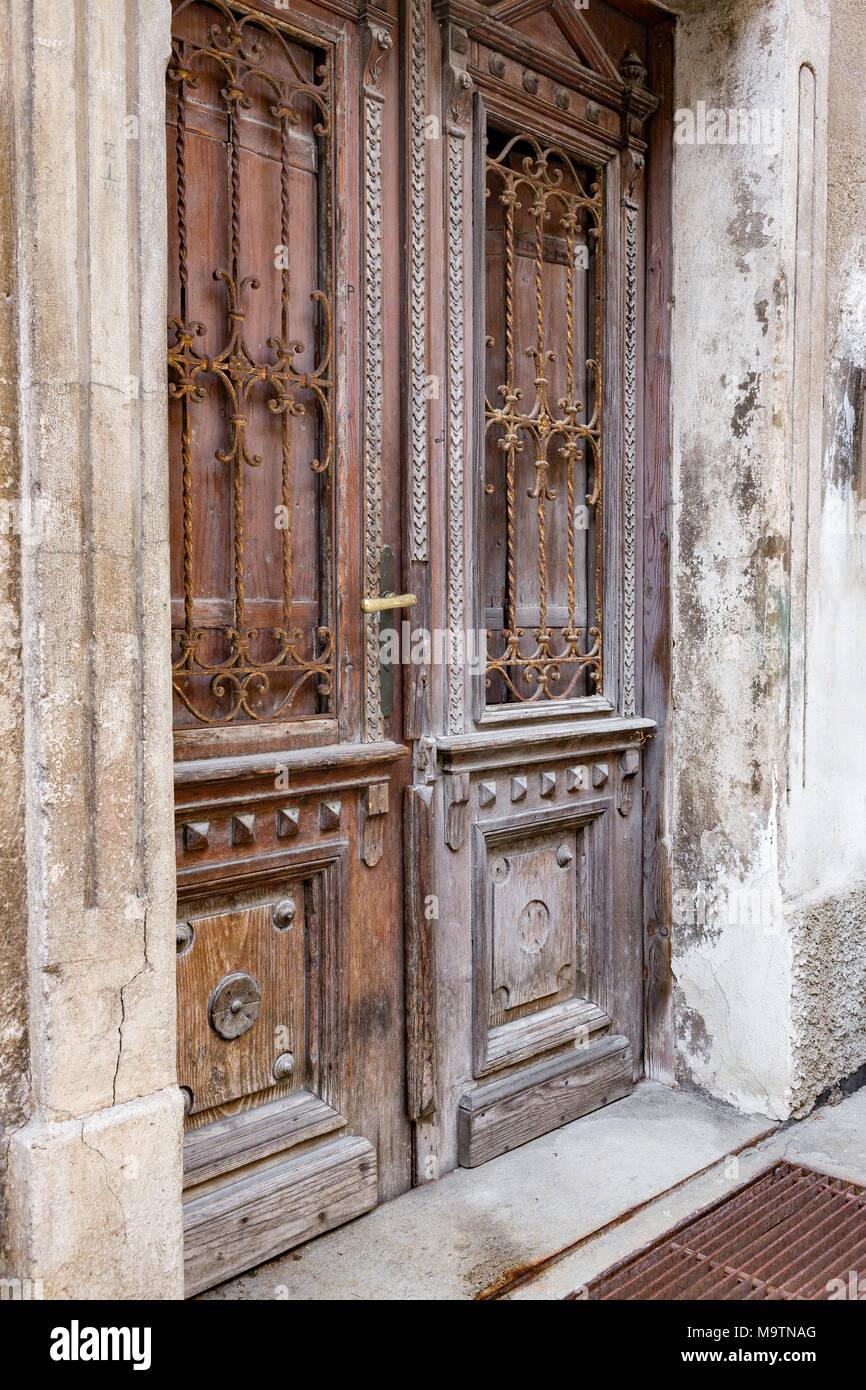 Puertas Antiguas De Madera De Un Mezquino Demaged Fachada De La Casa - Fachadas-antiguas-de-casas