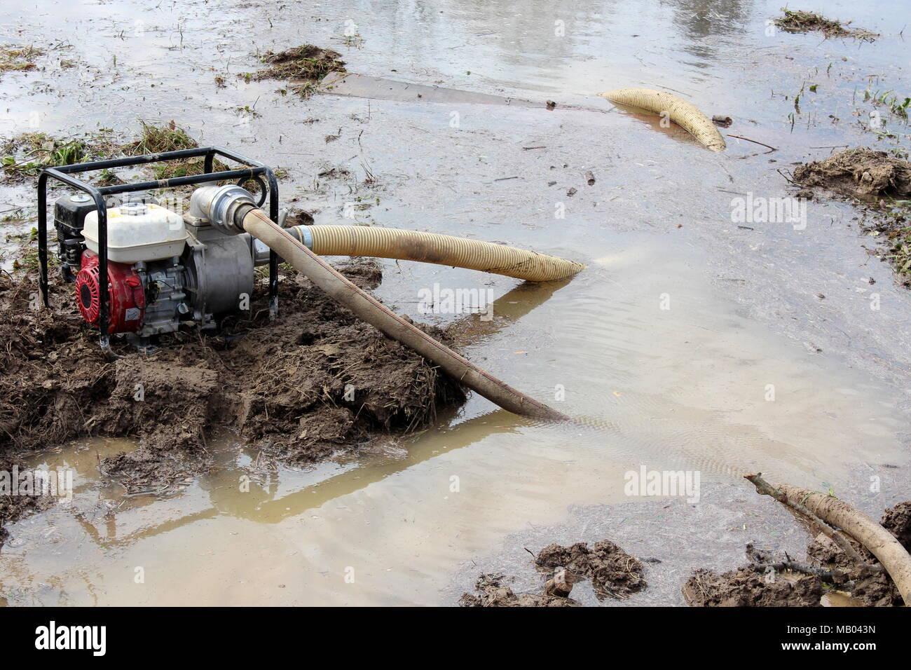 Bomba de agua con el marco de metal puesto sobre un terreno más ...
