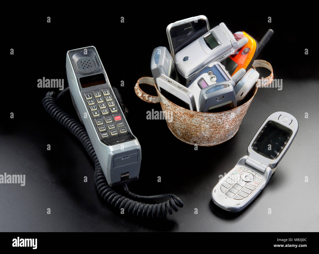 La cuchara y la mesa llena de teléfonos celulares viejos Foto ...