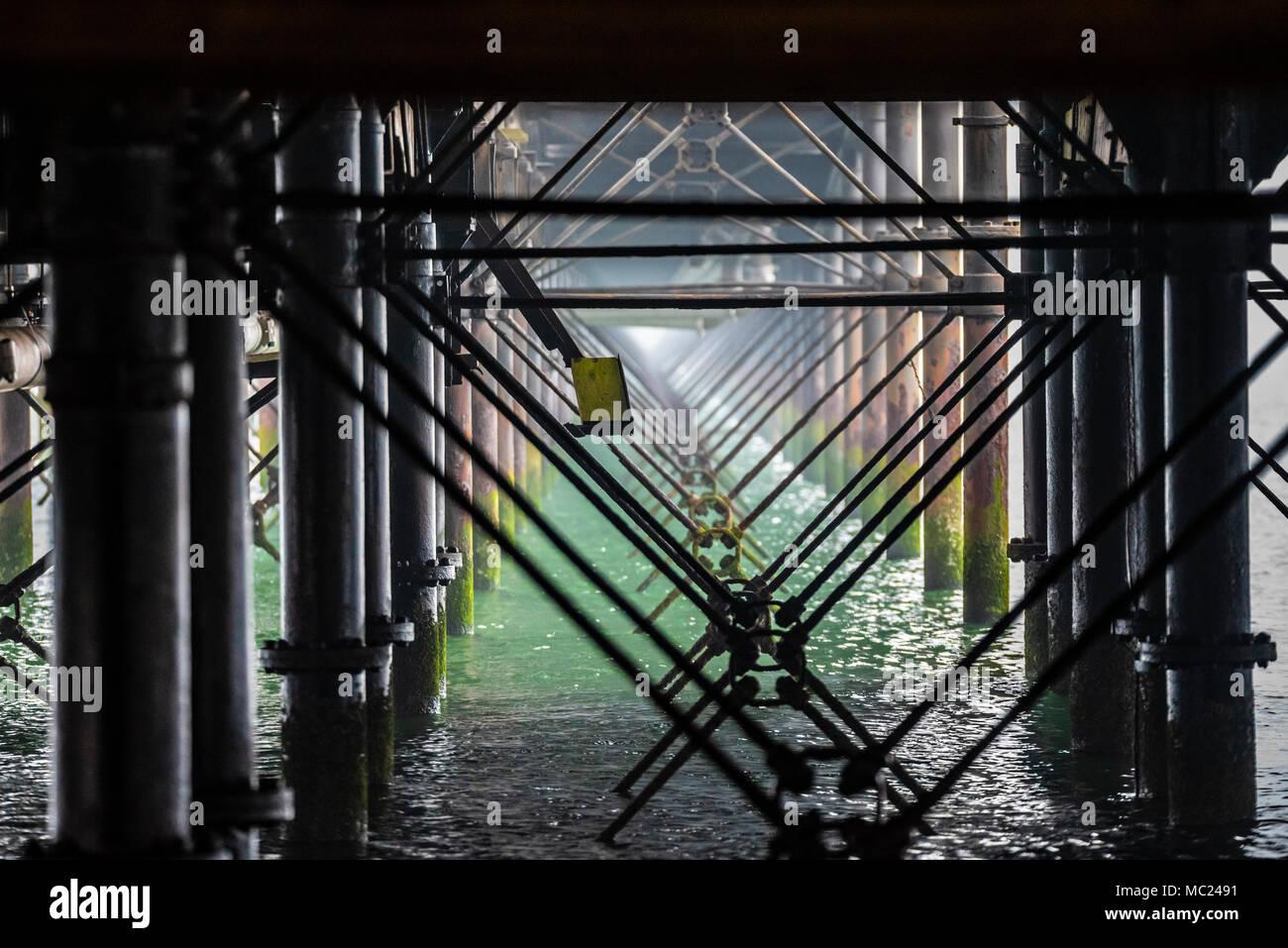 Pierna de hierro estructura marco de Southend Pier en el estuario ...