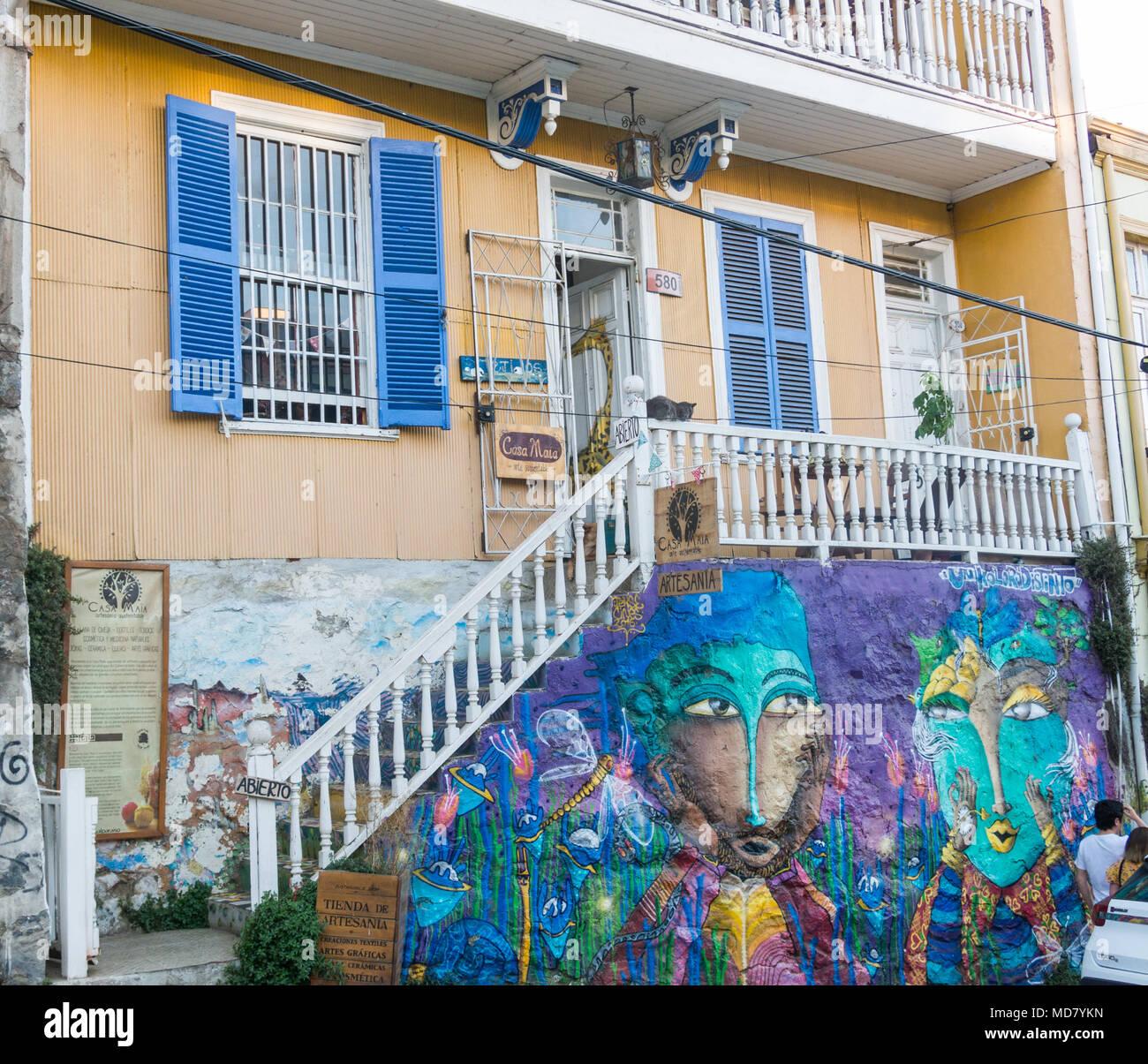 Valparaiso Chile 2 De Enero De 2018 Casa Cubierto Con Coloridos - Graffitis-en-casa