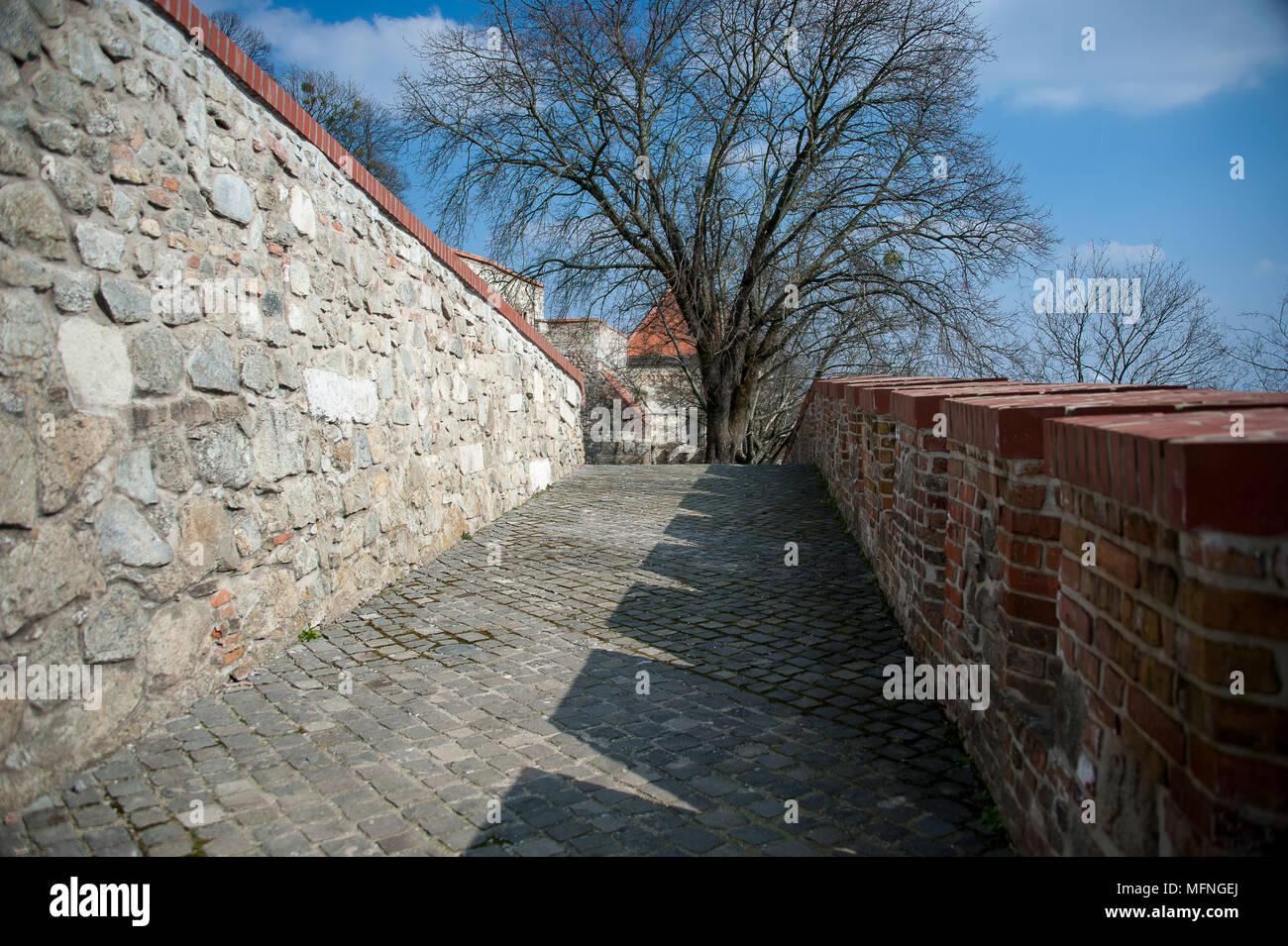 El Antiguo Camino De Acceso Al Castillo De Bratislava De Ladrillo - Muros-exteriores
