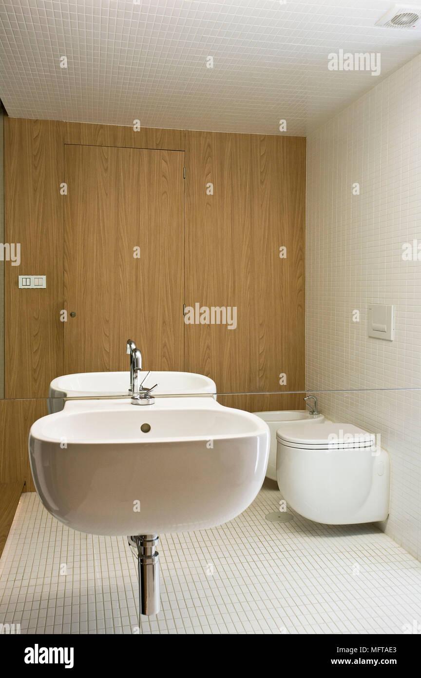 Lavabo de pared a pared con espejos en el cuarto de baño moderno ...