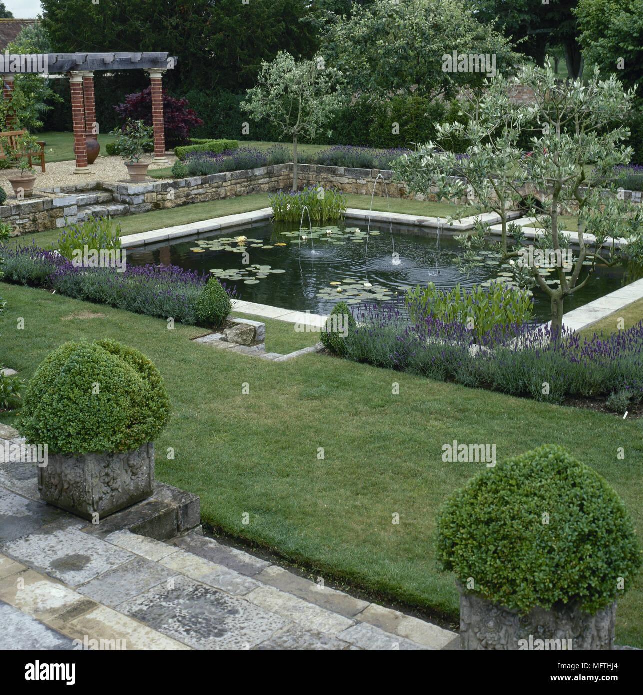 Jardin Con Una Terraza Pavimentada Estanques Muros De Piedra - Muros-jardin