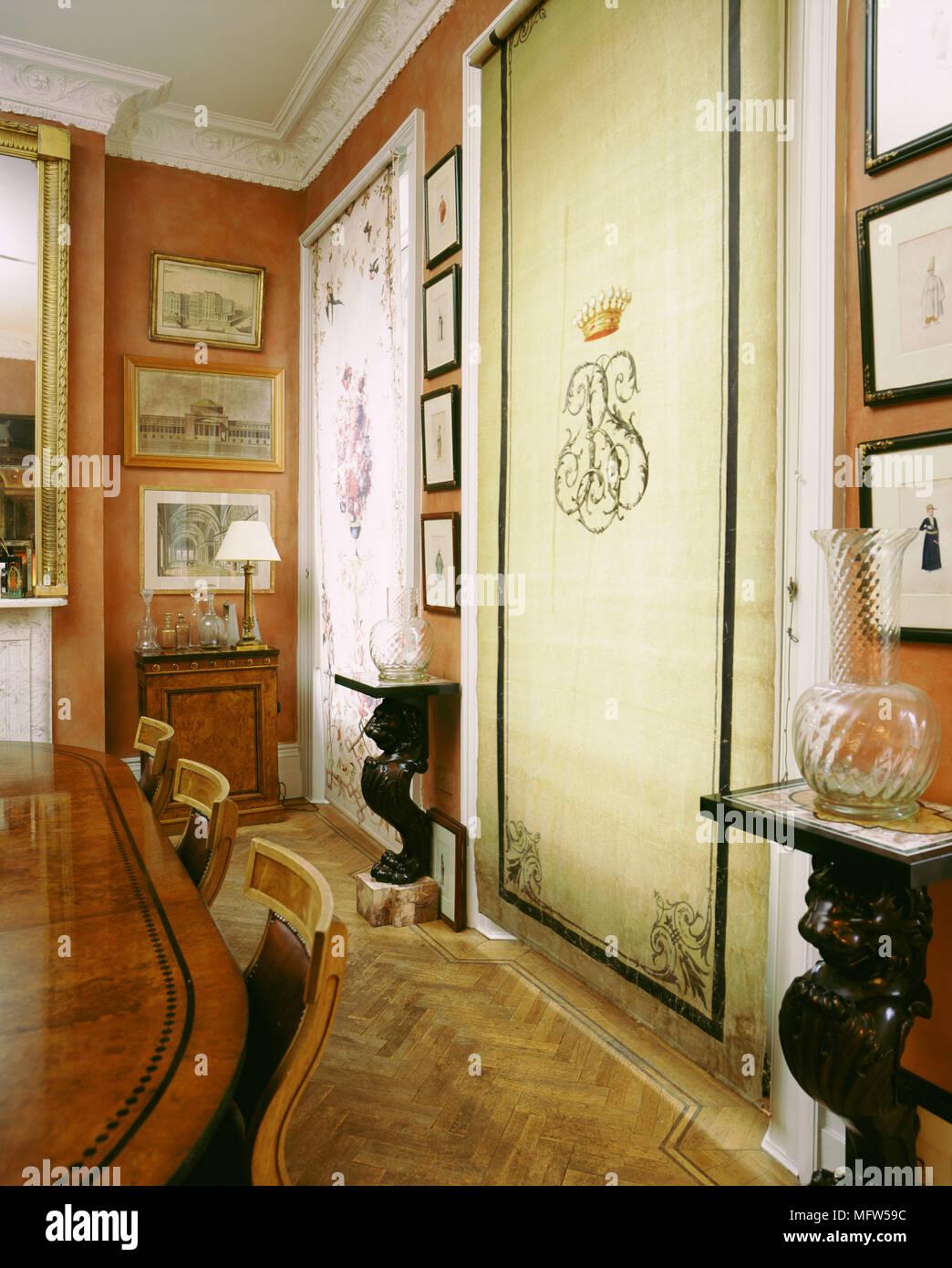 Detalle comedor tradicional con piso de parquet, mesa de comedor y ...