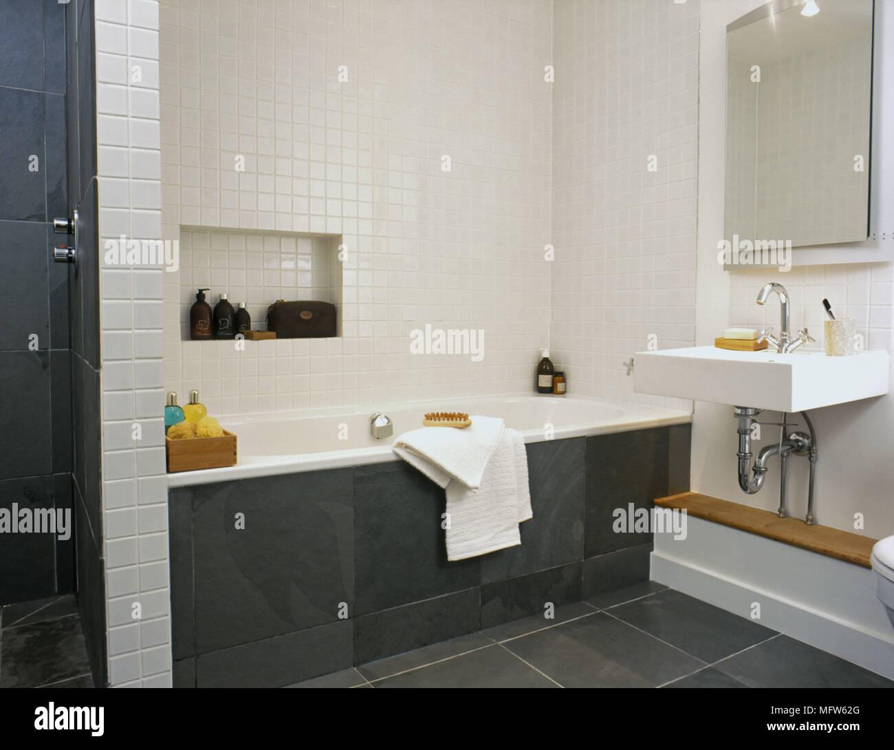 Detalles de un pequeño cuarto de baño moderno con azulejos blancos y ...