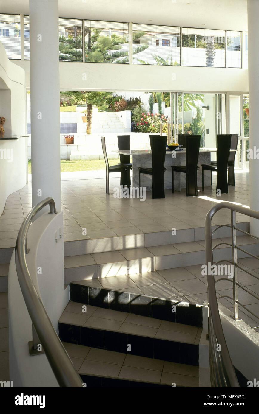 Plan abierto moderno comedor minimalista baldosas escaleras barandas ...